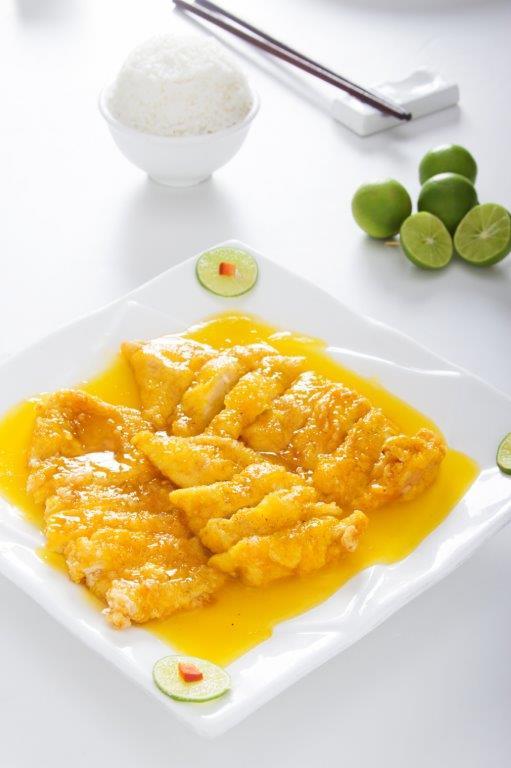 Pechuga de pollo enharinada y frita. Bañada en una salsa agridulce de limón.