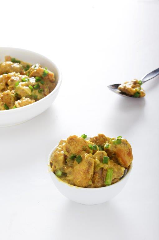 Pollo en trozos bañados en salsa curry.