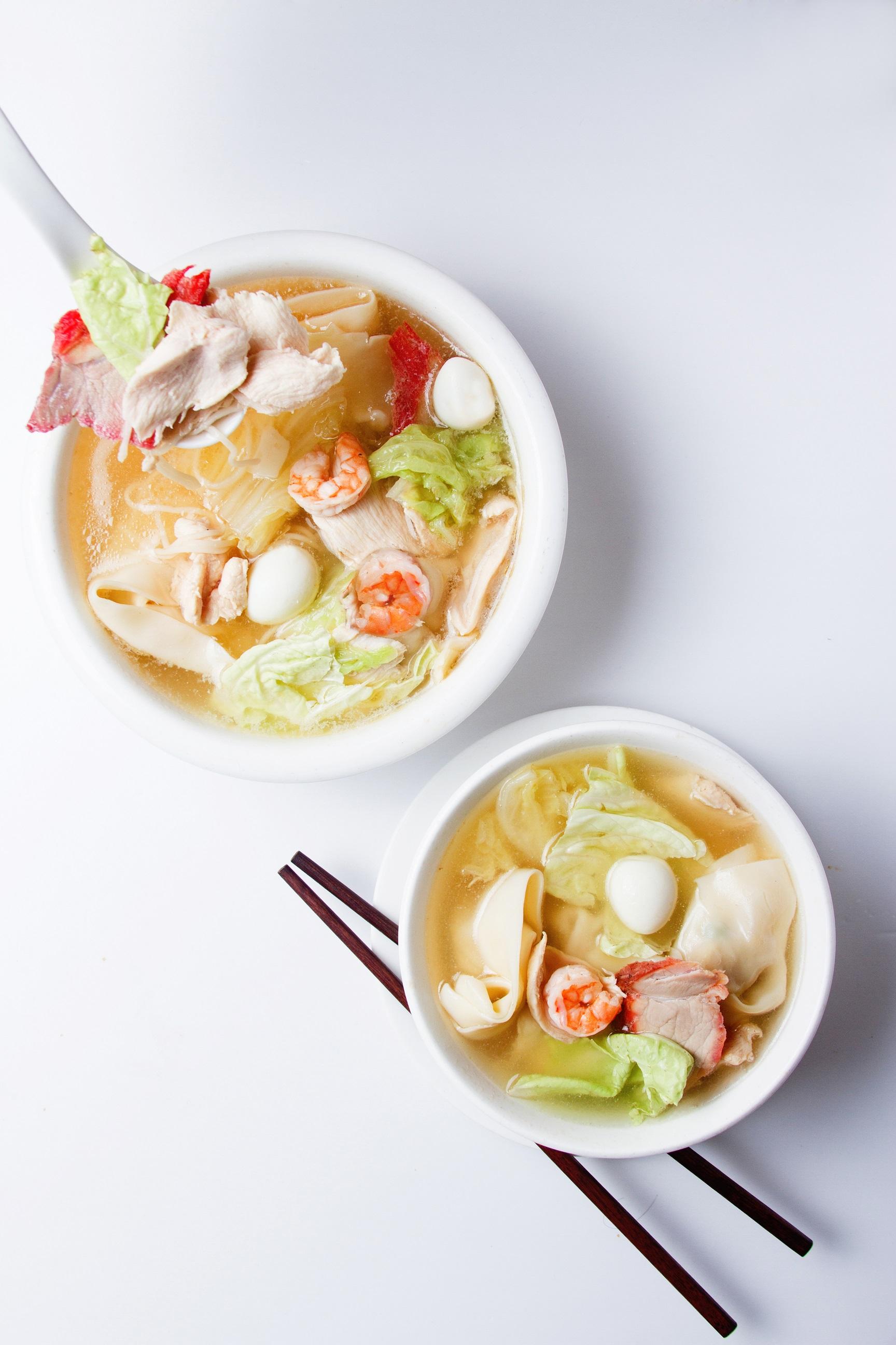 Sopa de pollo  con wantanes y fideo chino acompañada de chancho, langostino y huevo de codorniz al estilo FU SEN.