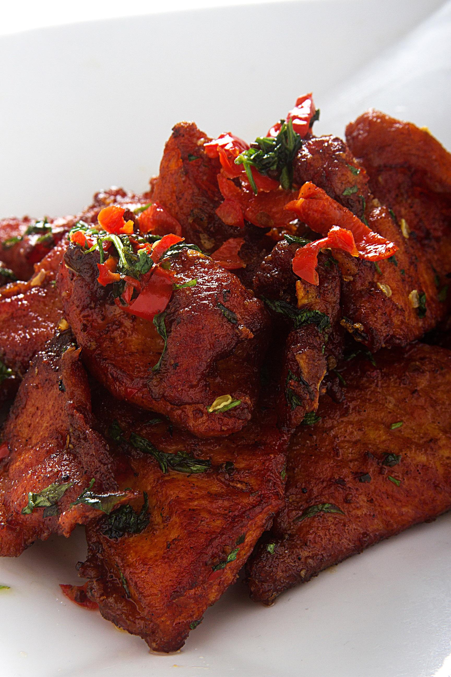 Chancho frito sazonado con especias picantes.