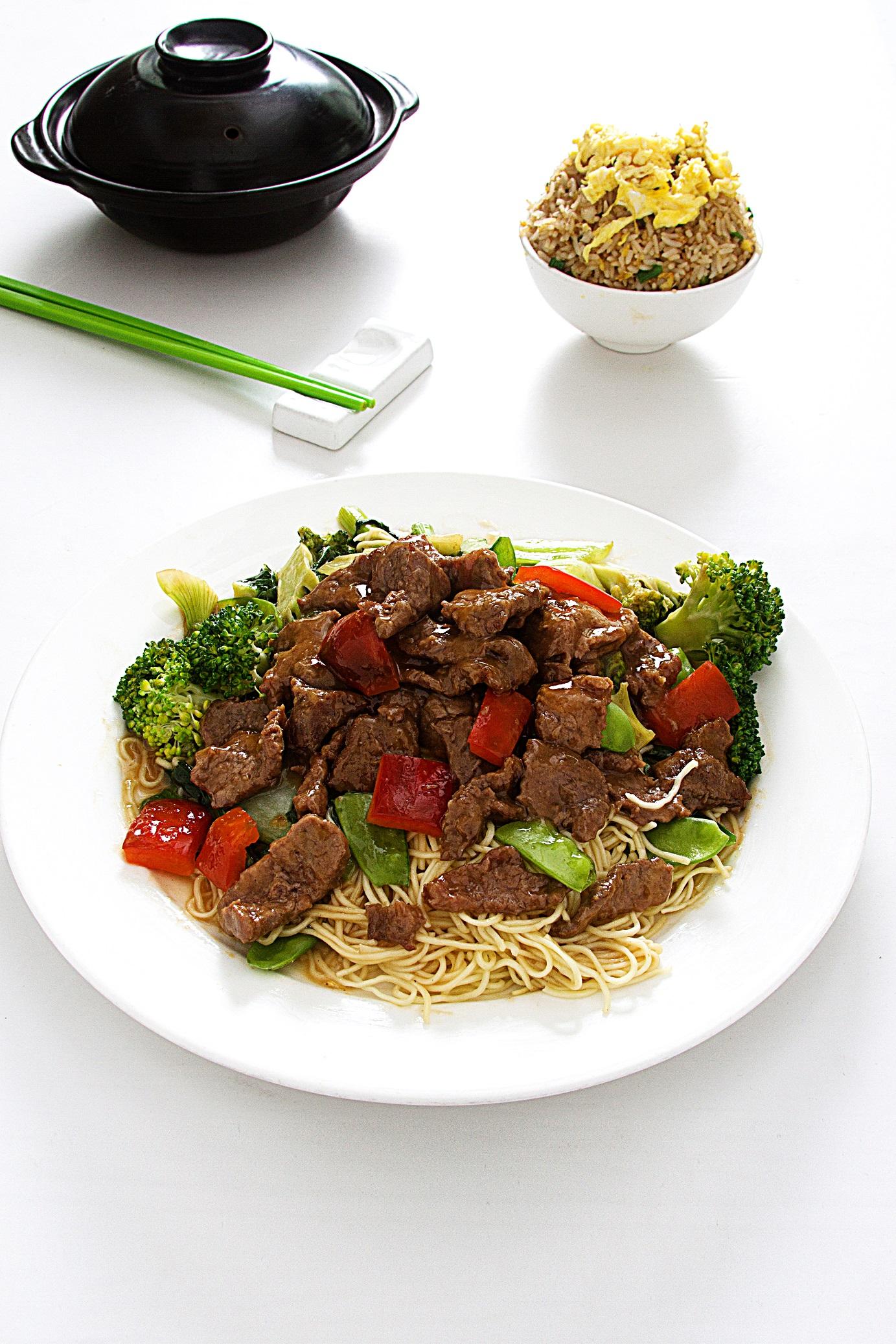 Tallarin con carne de res acompañado de verduras salteadas.