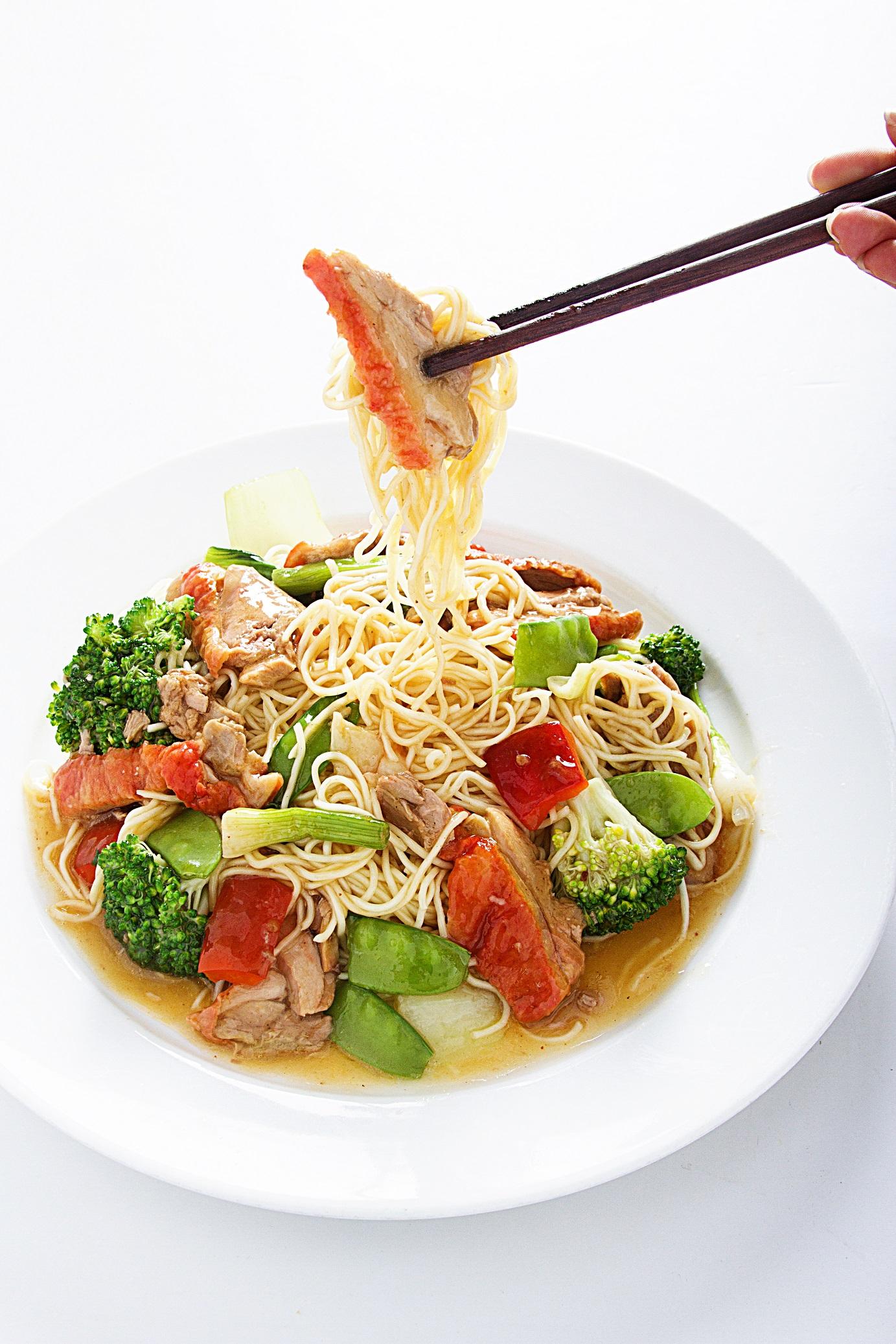 Tallarin con pato asado acompañado de verduras salteadas.