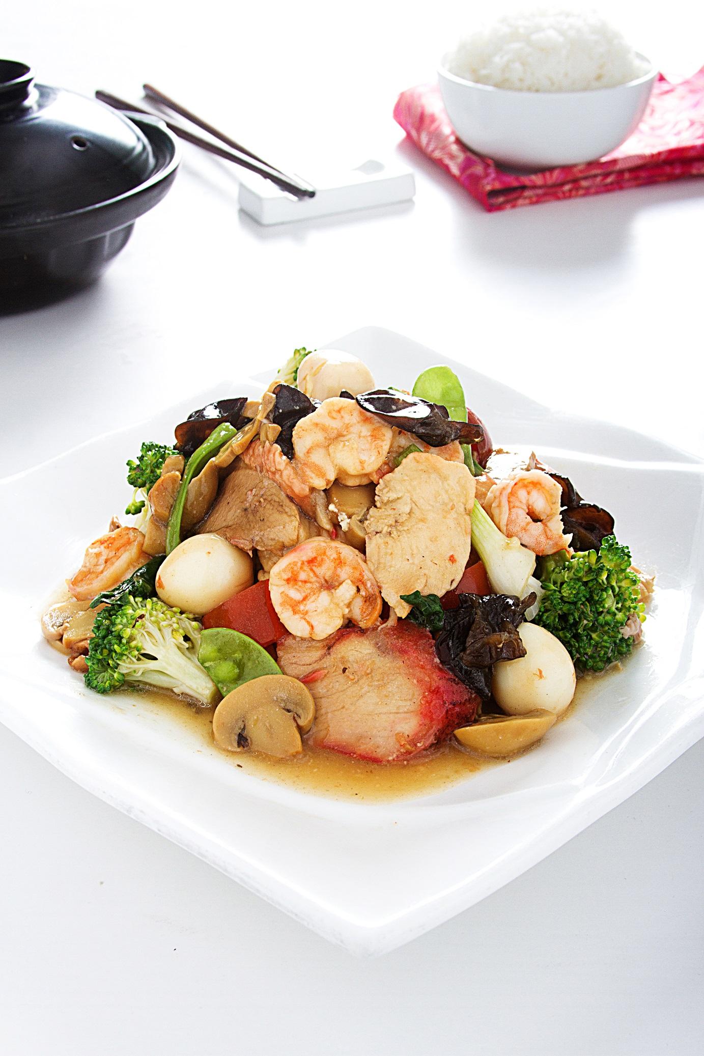Combinación de sabores. Pollo, chancho, pato , langotinos salteados con verduras y huevo de codorniz.