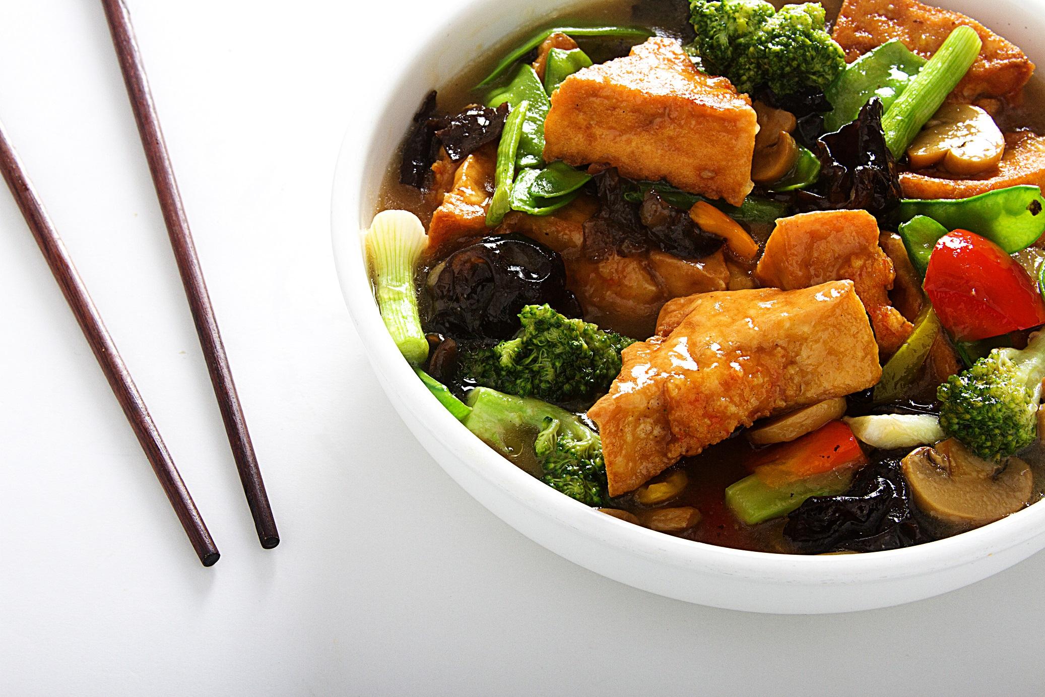 Tofu relleno de langostino salteado con verduras
