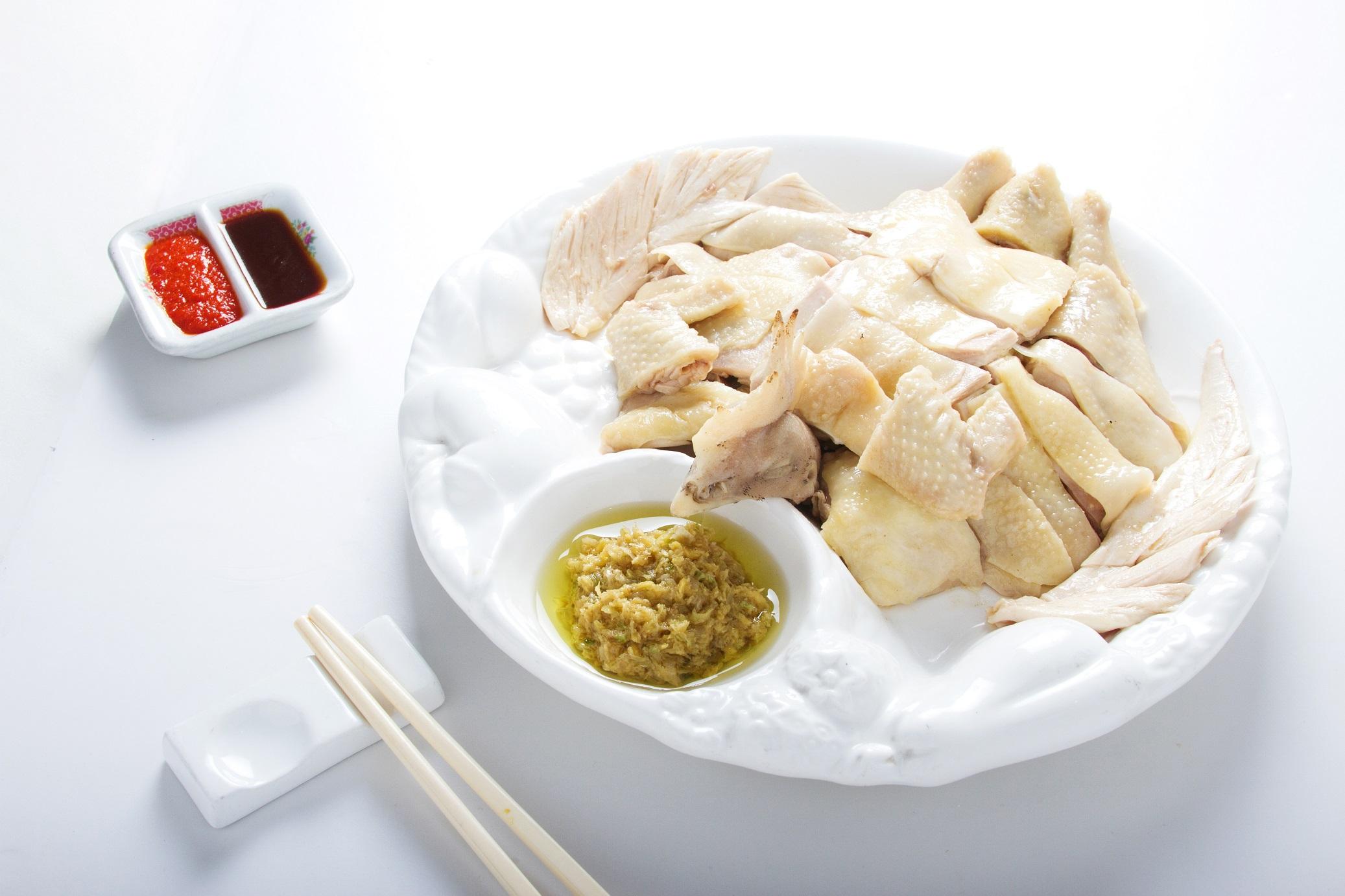 Suave y tierna gallina deshuesada a la sal con un ligero toque de ajonjoli y ostión.