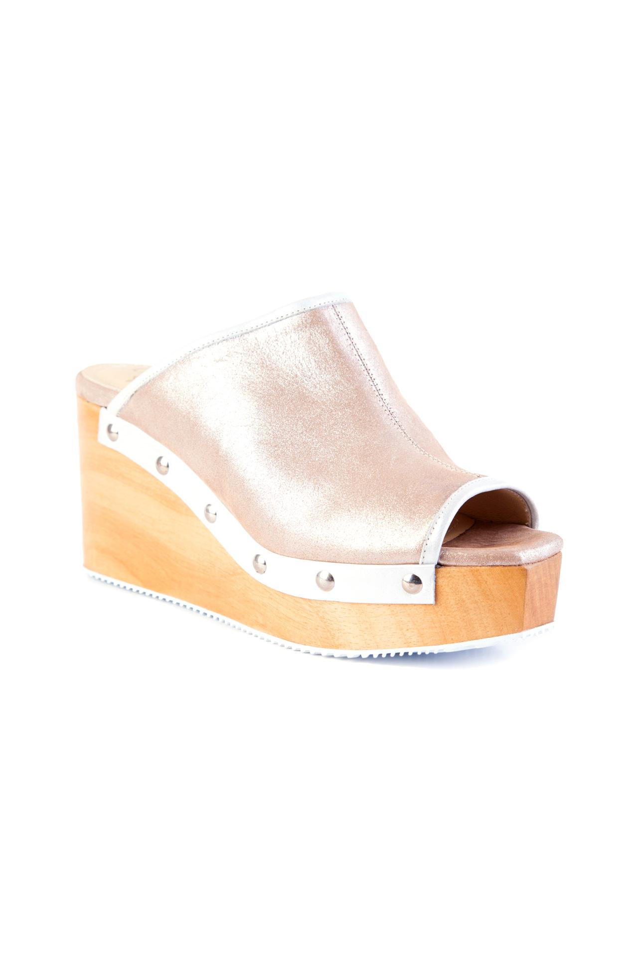 Zapatos taco cuña de madera.