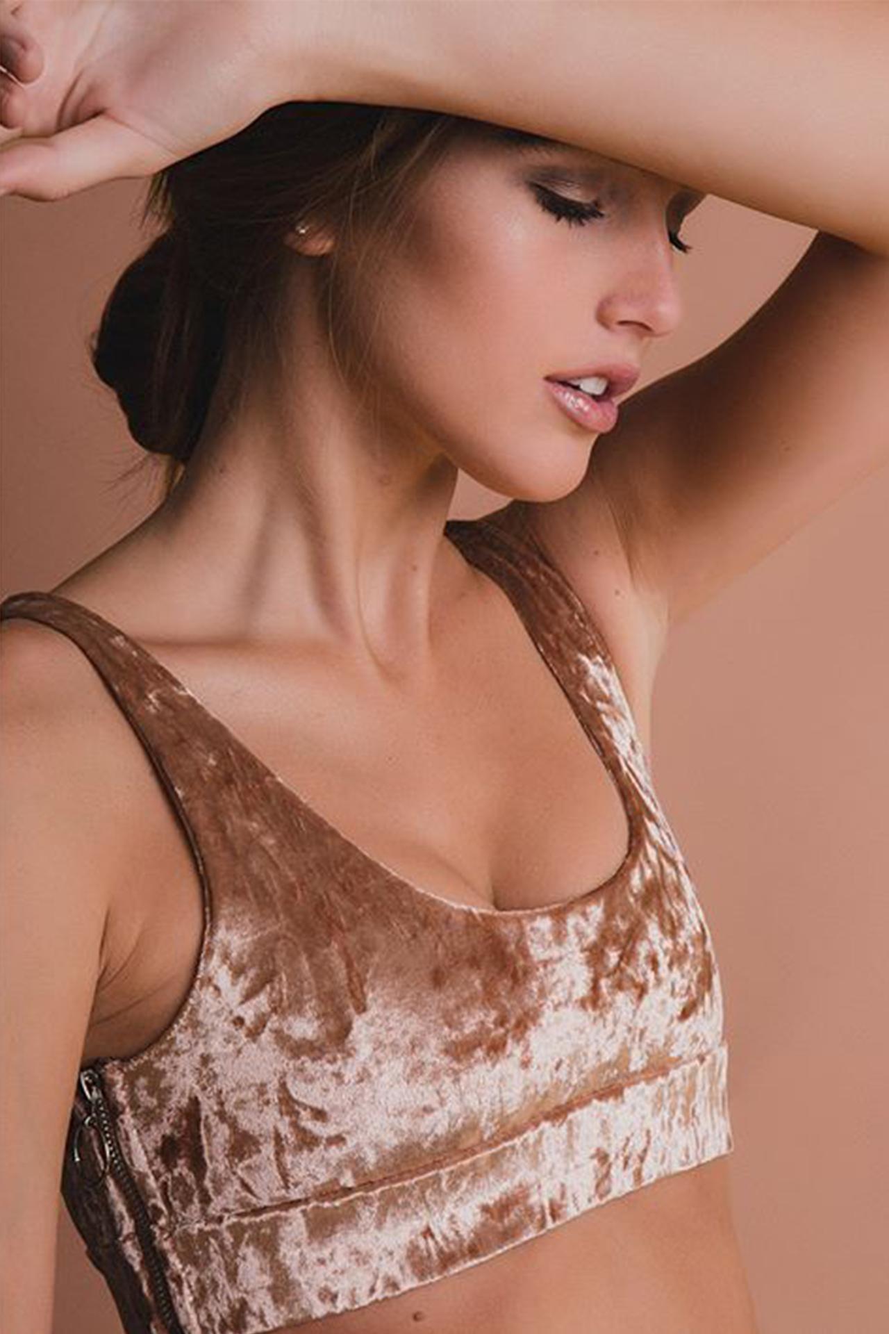 Top tipo bikini, con elástico y cierres decorativos laterales.    Medidas:    Talla Largo Busto S 32cm 36cm M 34cm 37cm