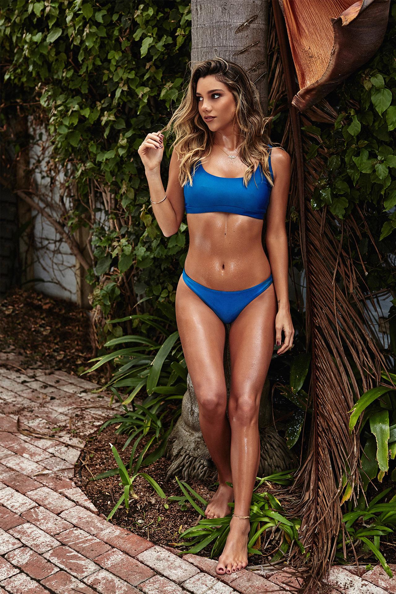 Bikini con corte brasilero de color azul.