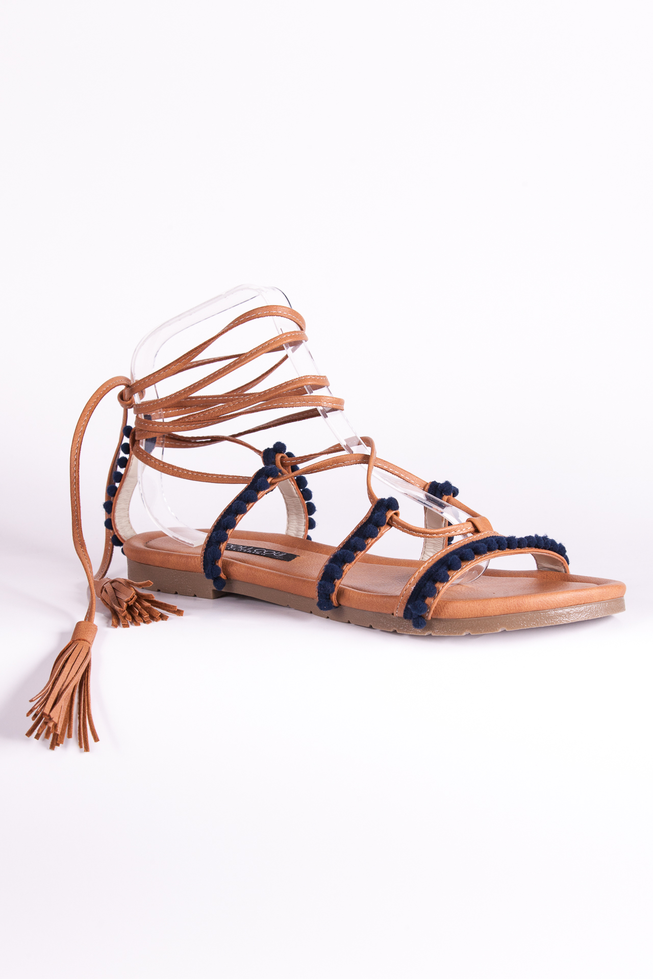 Sandalias camel con aplicaciones. Confeccionadasa mano.
