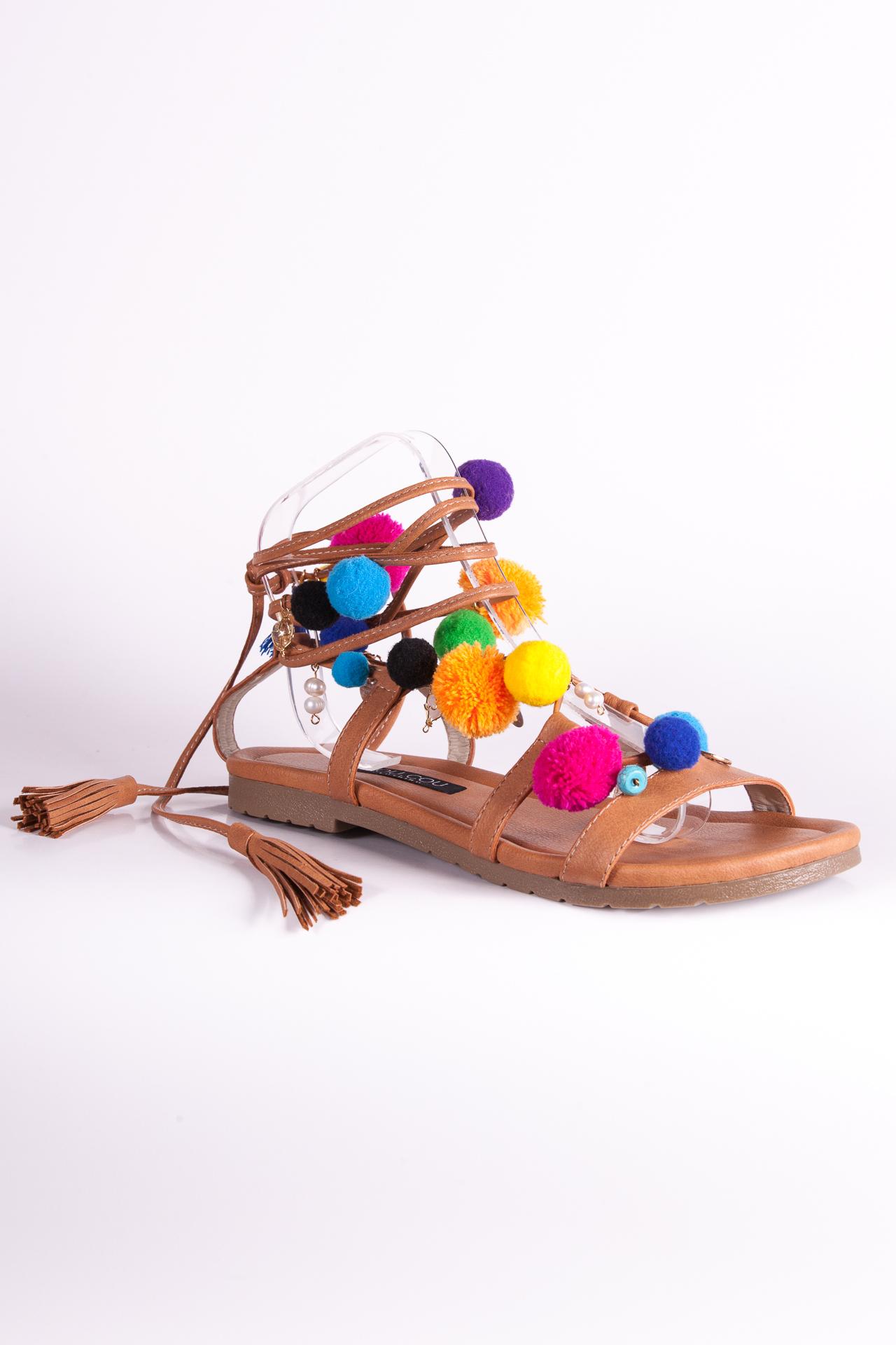 Sandalias camel con pompones y aplicaciones. Confeccionadas a mano.