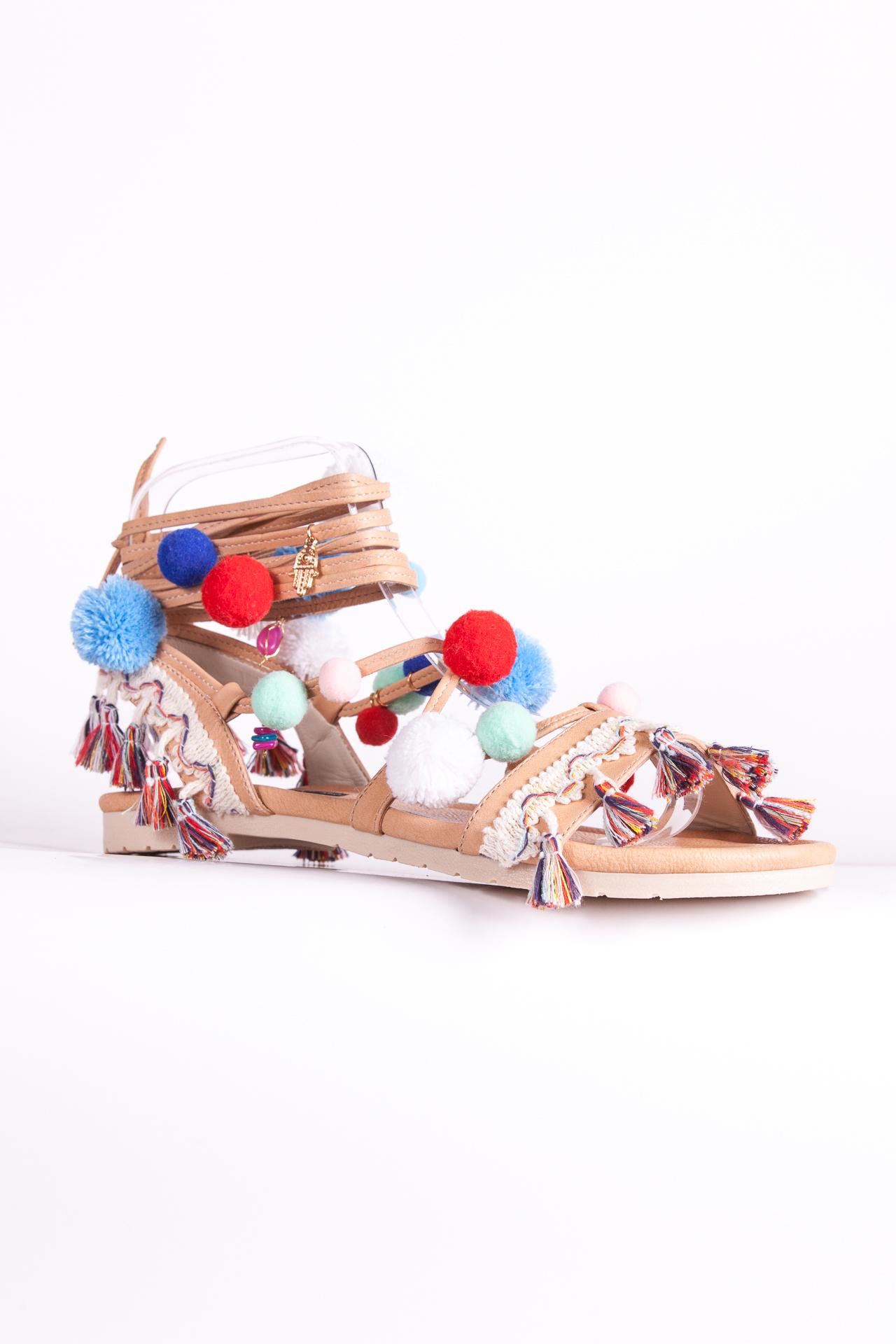 Sandalias nude con pompones y aplicaciones. Confeccionadas a mano.