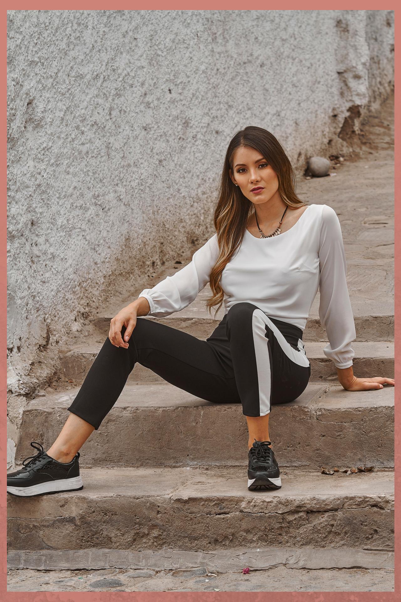 Pantalon jogging, negro con lineas blancas a los costados.  Medidas prenda:  S (cintura 32.5cm, cadera 40cm, largo 92cm)   M (cintura 36cm, cadera 41cm, largo 92cm)