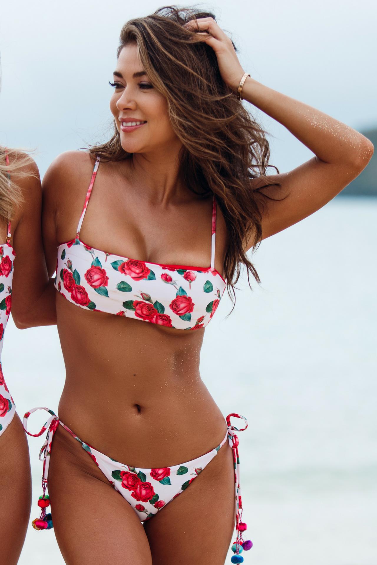 El bikini es reversible, por un lado tiene un estampado de rosas y por otro es de color rojo.