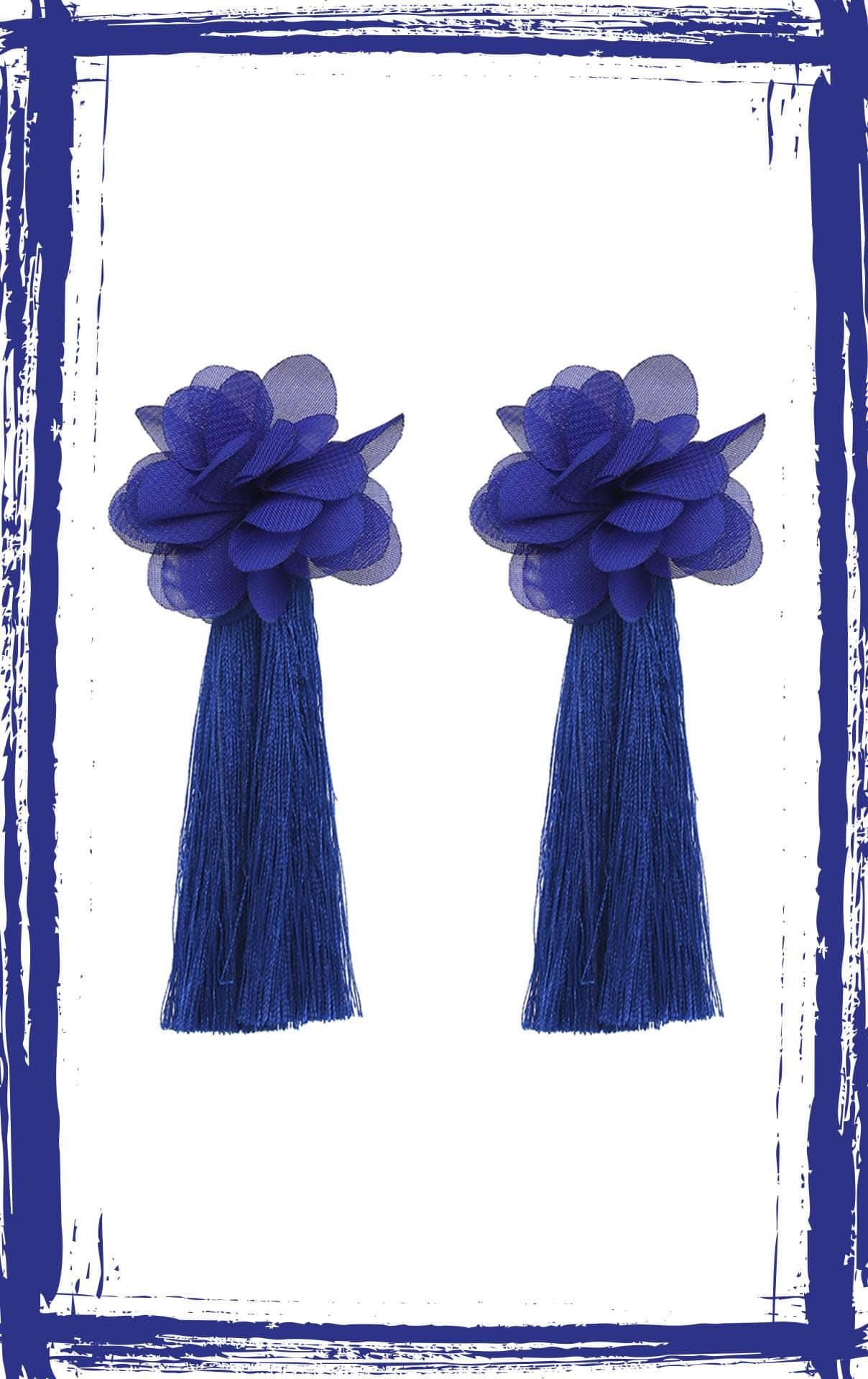 Aretes de borlas con flor de gaza. Alto: 11.5 cm, ancho: 5.5 cm, peso: 10 gr.