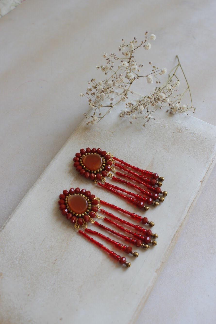 Aretes Cleopatra con Cornalina en rojo La cornalina es la piedra del optimismo, ideal para estabilizar energia y aumentar la positividad.