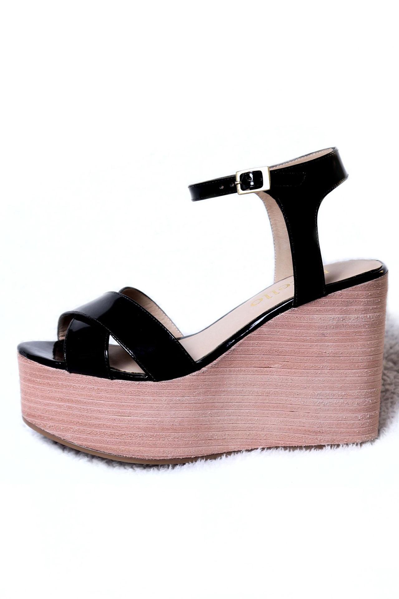 Sandalias 100% de cuero charol, con una plataforma de 10cm.