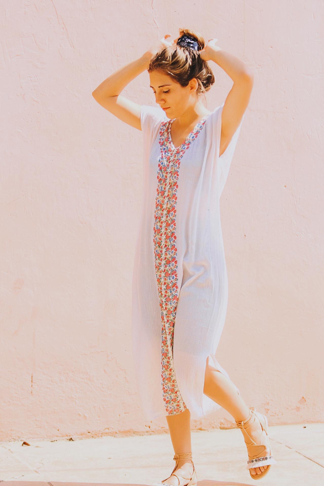 Vestido largo de tela Hindu, con aplicación (encaje estampado)  Largo: 1.18m, Ancho Pecho: 58cm, Ancho Espalda: 54cm, Sisa:24cm