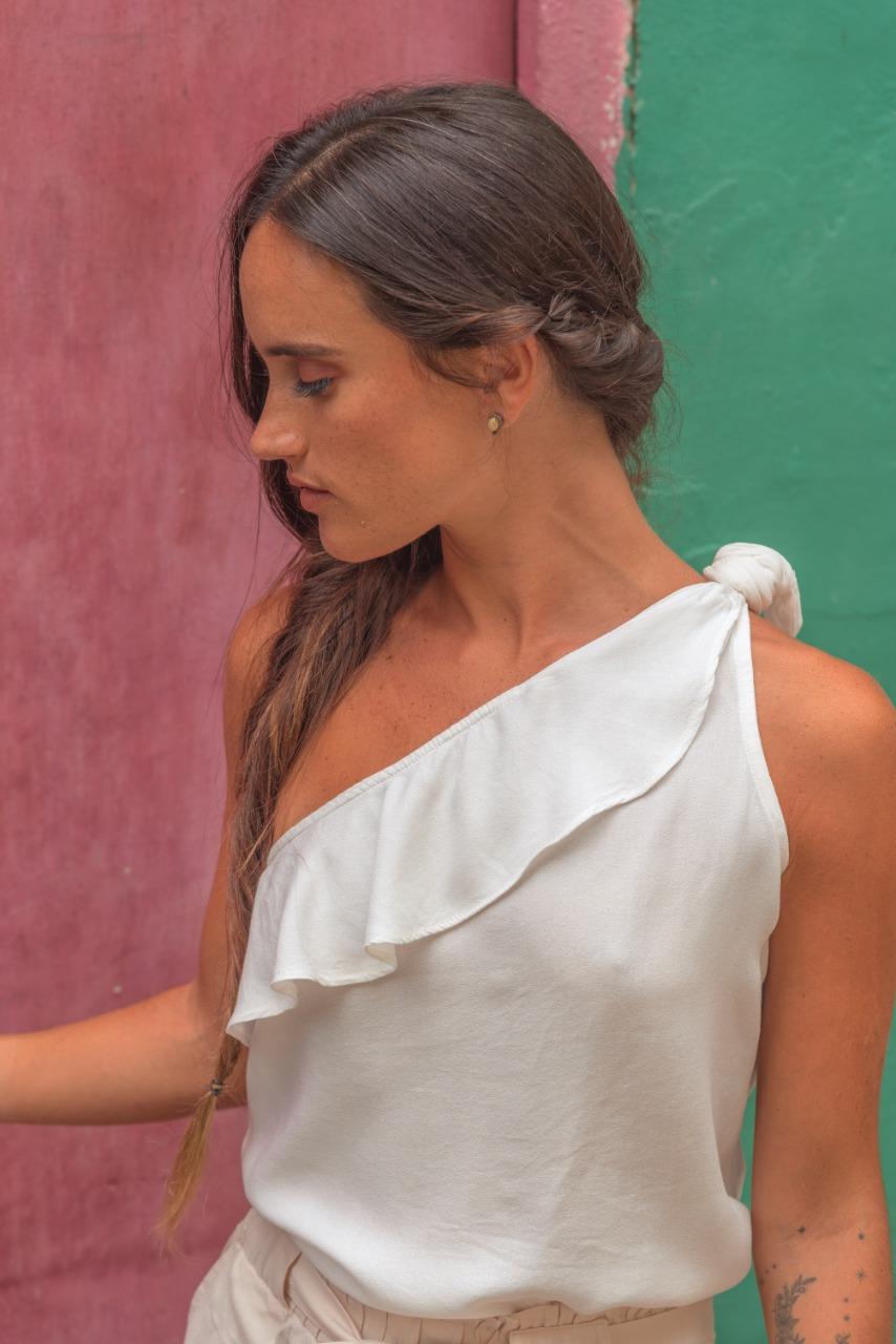 Blusa de algodón off shoulder en un hombro.  Medidas:  Talla Largo Busto M 51cm 46cm