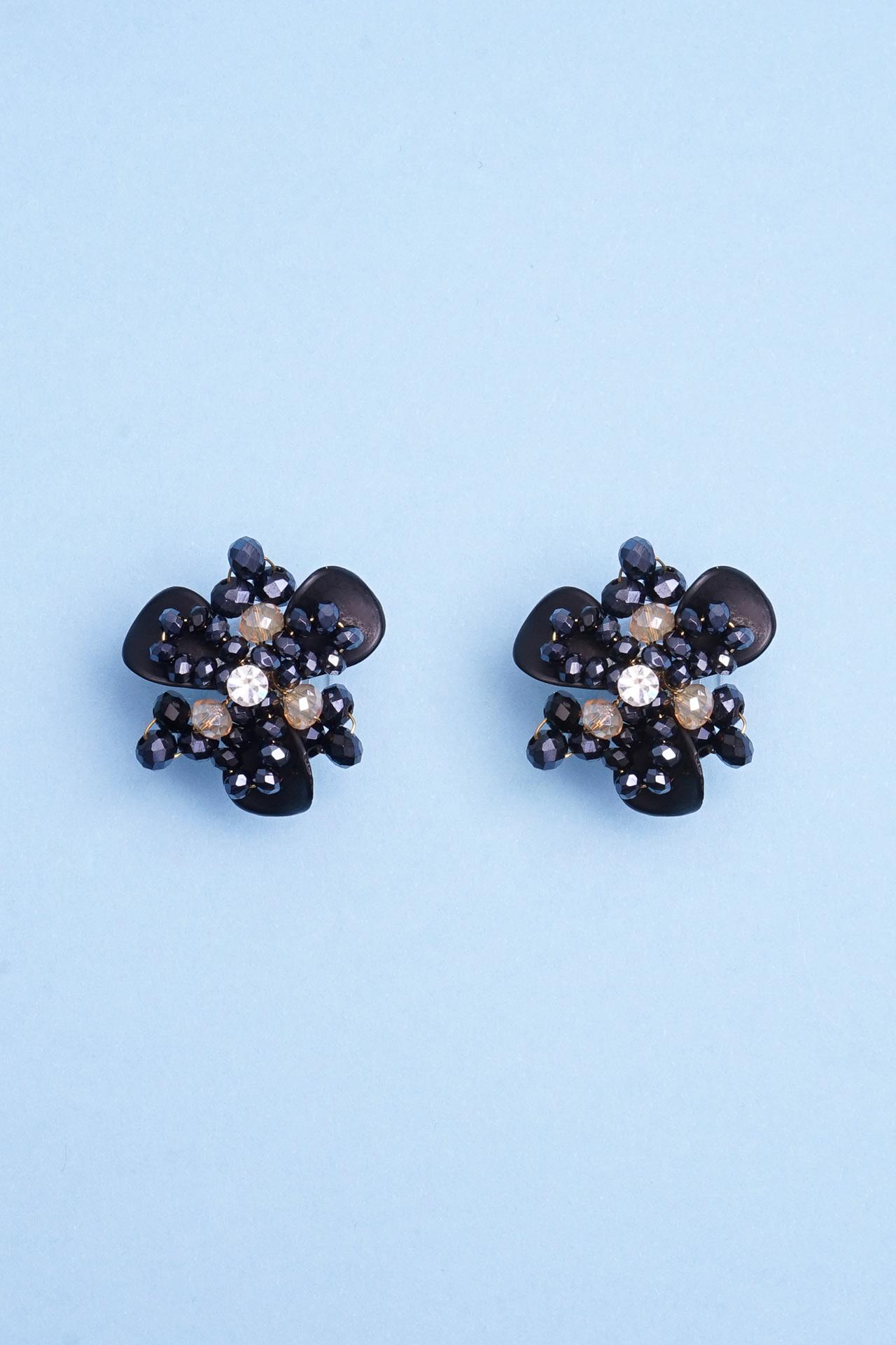 Aretes hechos a mano con alambre gold filled, postes hipoalergénicos combinado con piedras murano, perlas y mostacillas checas. Perfecto para darle un toque especial a tu look.  Diámetro:2 cm x 2 cm