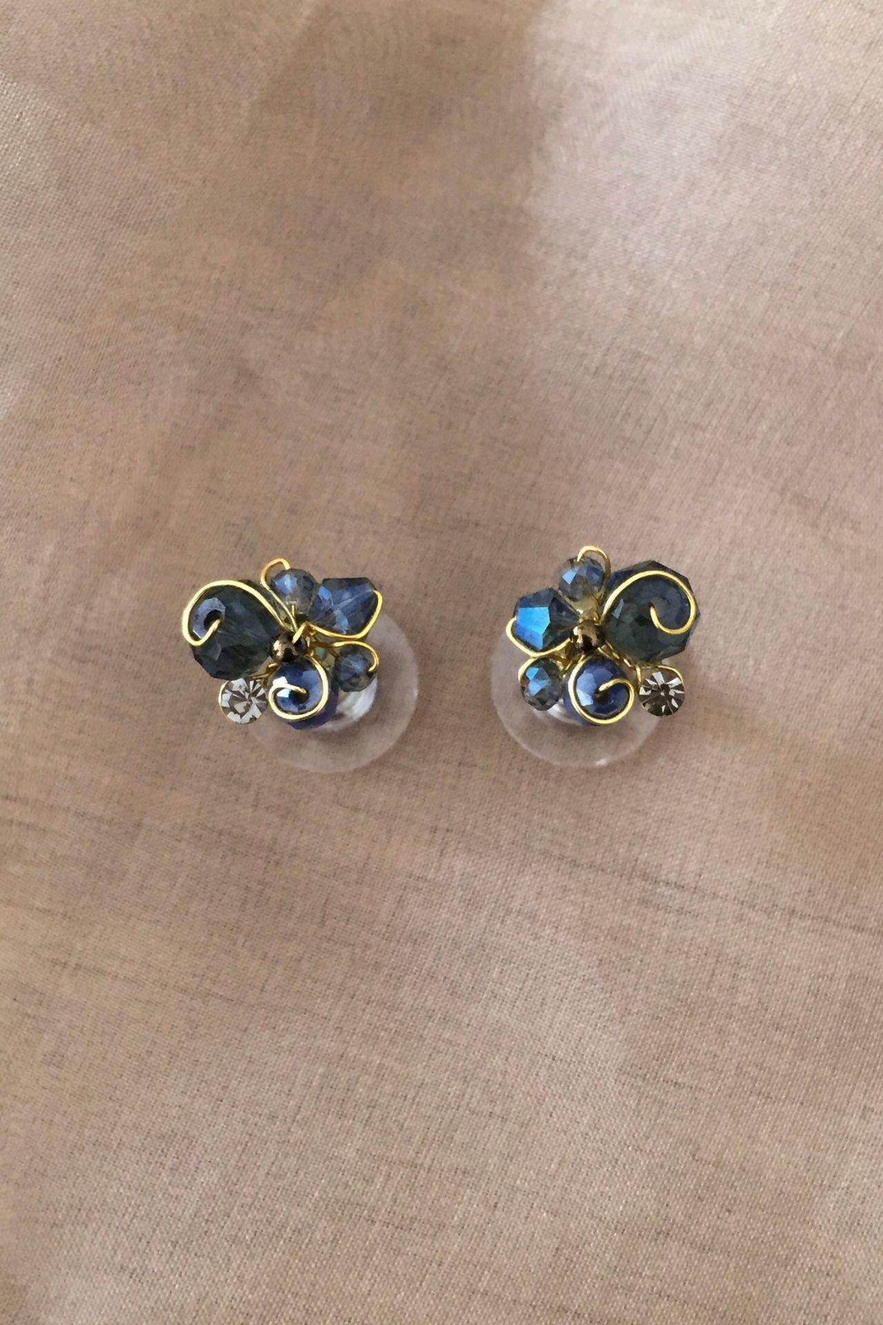 Aretes pequeños hechos a mano.  Alto: 1,2 cm  Ancho: 1,3 cm  Material: Alambre gold filled 18k y/o tinned copper  Acabado: Bañado en oro de 18k  Piedras: Murano y mostacilla