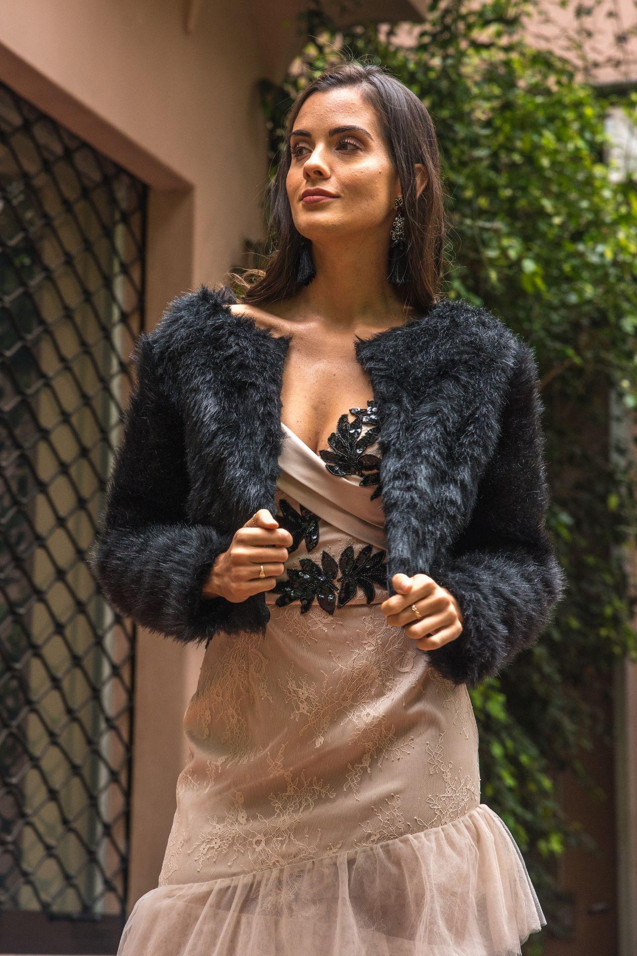 Abrigo corto de piel sintética.  Color negro.  Forro de satín poliéster y 2 corchetes.  La talla standard es como una talla M.