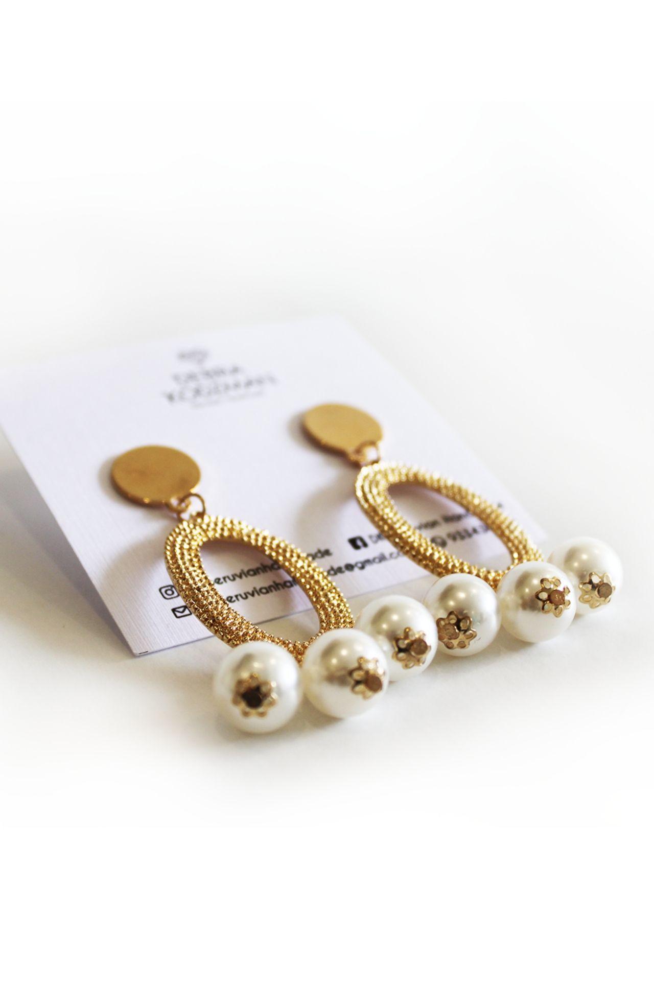 Aretes de fantasía con perlas.