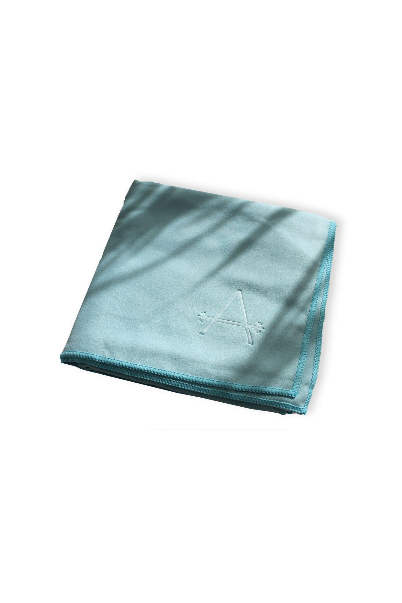 Toalla de rápida absorción, muy ligera, perfecta para viajes.  Ideal para todo tipo de deportes: natación, gimnasio, etc.  Alto (cm) 150  Ancho (cm) 0.1  Largo (cm) 75  Modelo  -  Peso (kg) 0.15  Material Microfibra