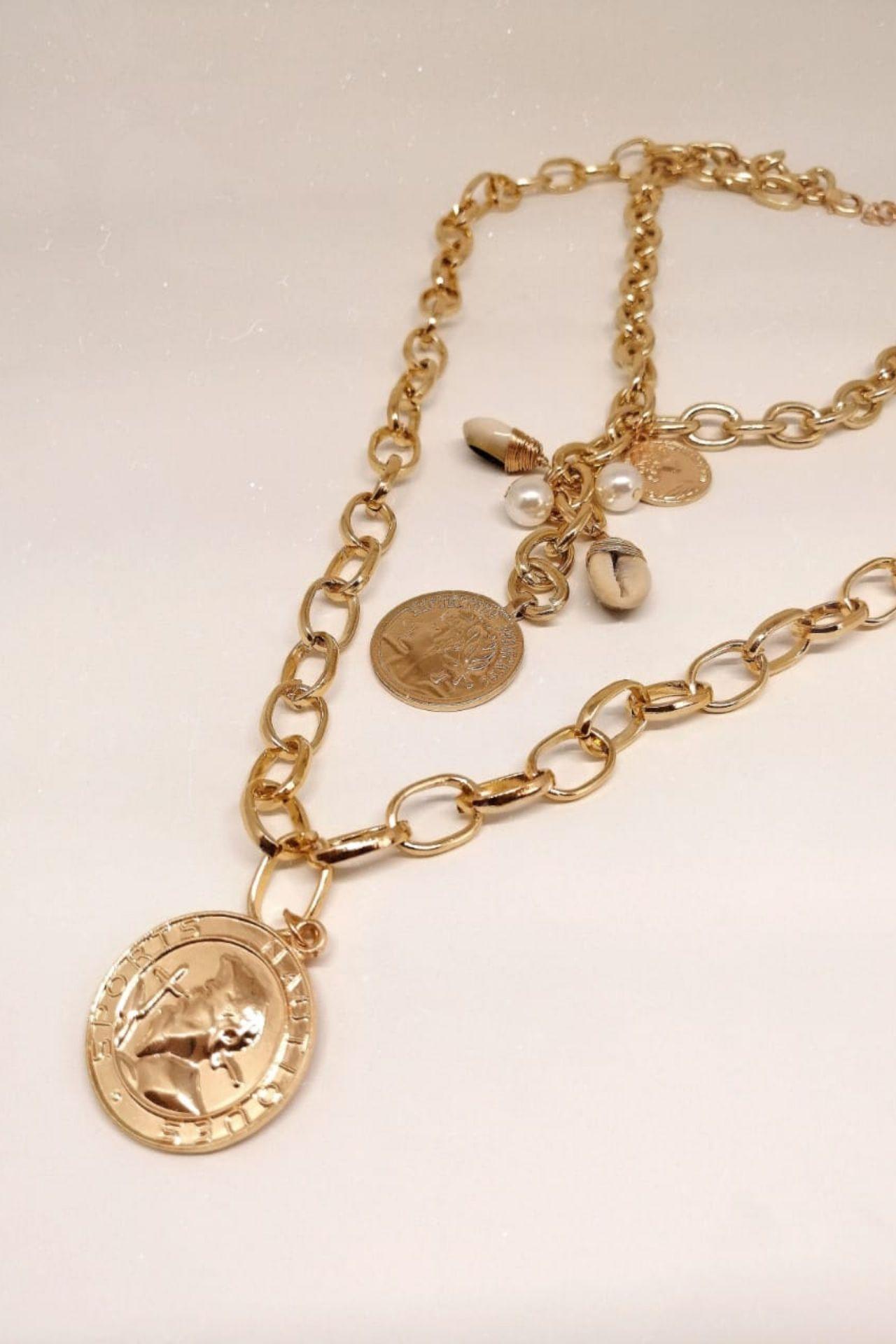Collar con aleación de zinc y bañado en oro.
