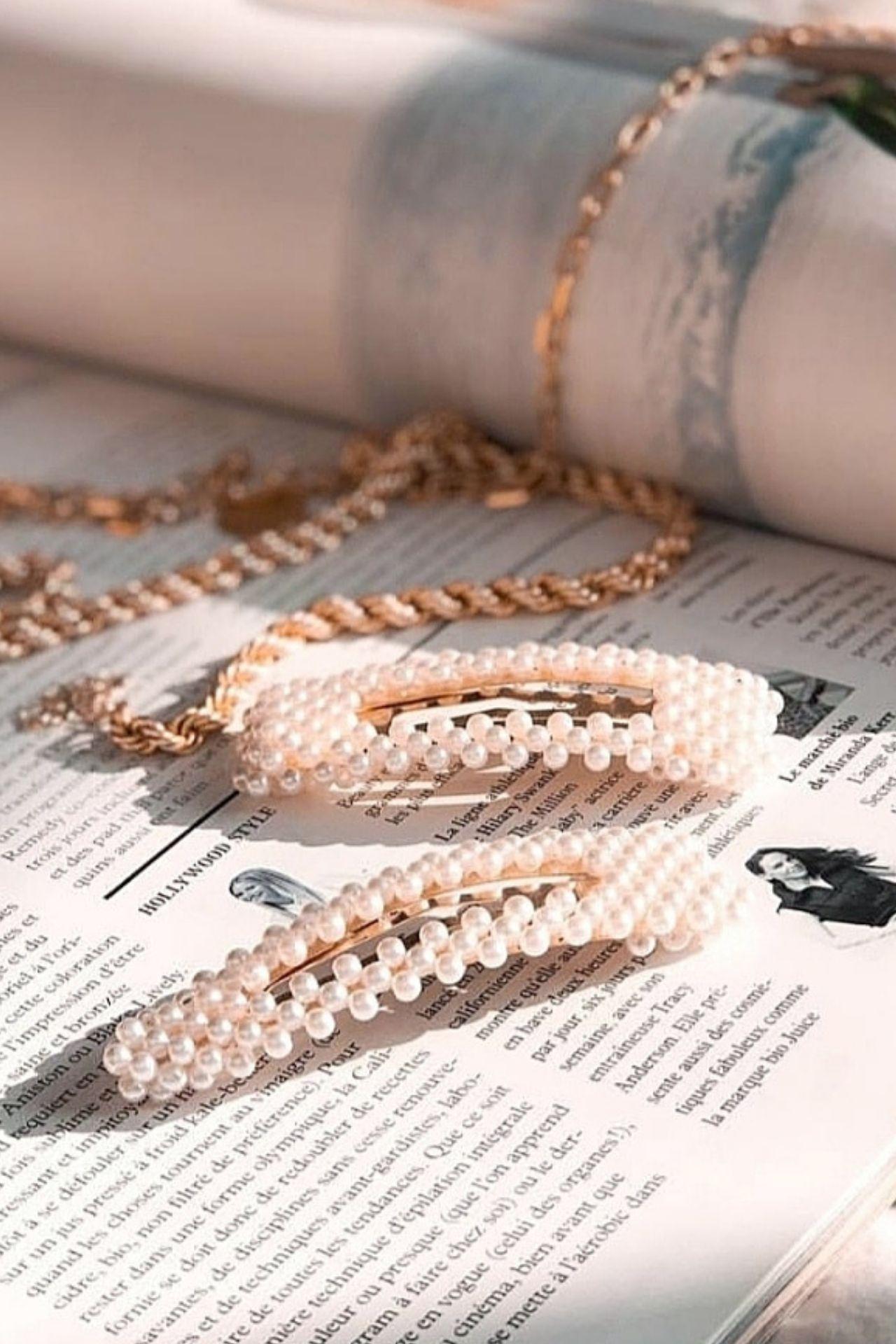 Ganchitos de perlas rectuangular y triangular.  Se venden por separado.  El precio es de S/ 39 cada uno.
