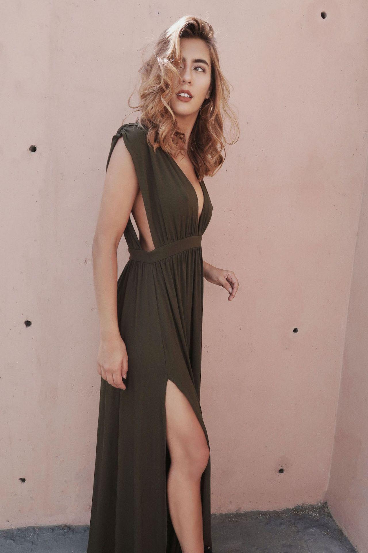 Vestido largo de algodón con abertura en la pierna y estilo griego en la parte de adelante.
