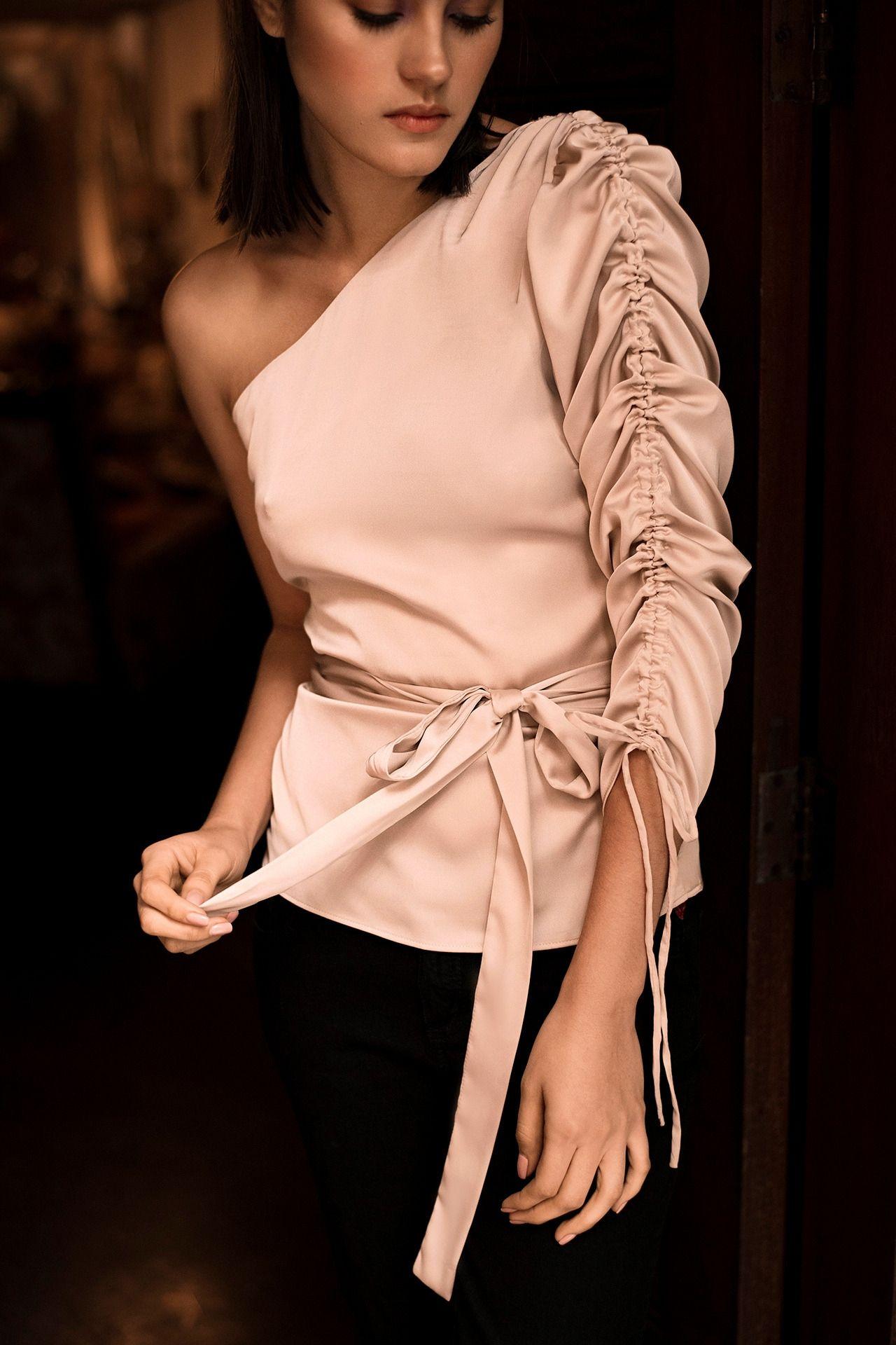 Blusa asimétrica one shoulder con manga corrugada y lazo a la cintura.  Talla Standard.