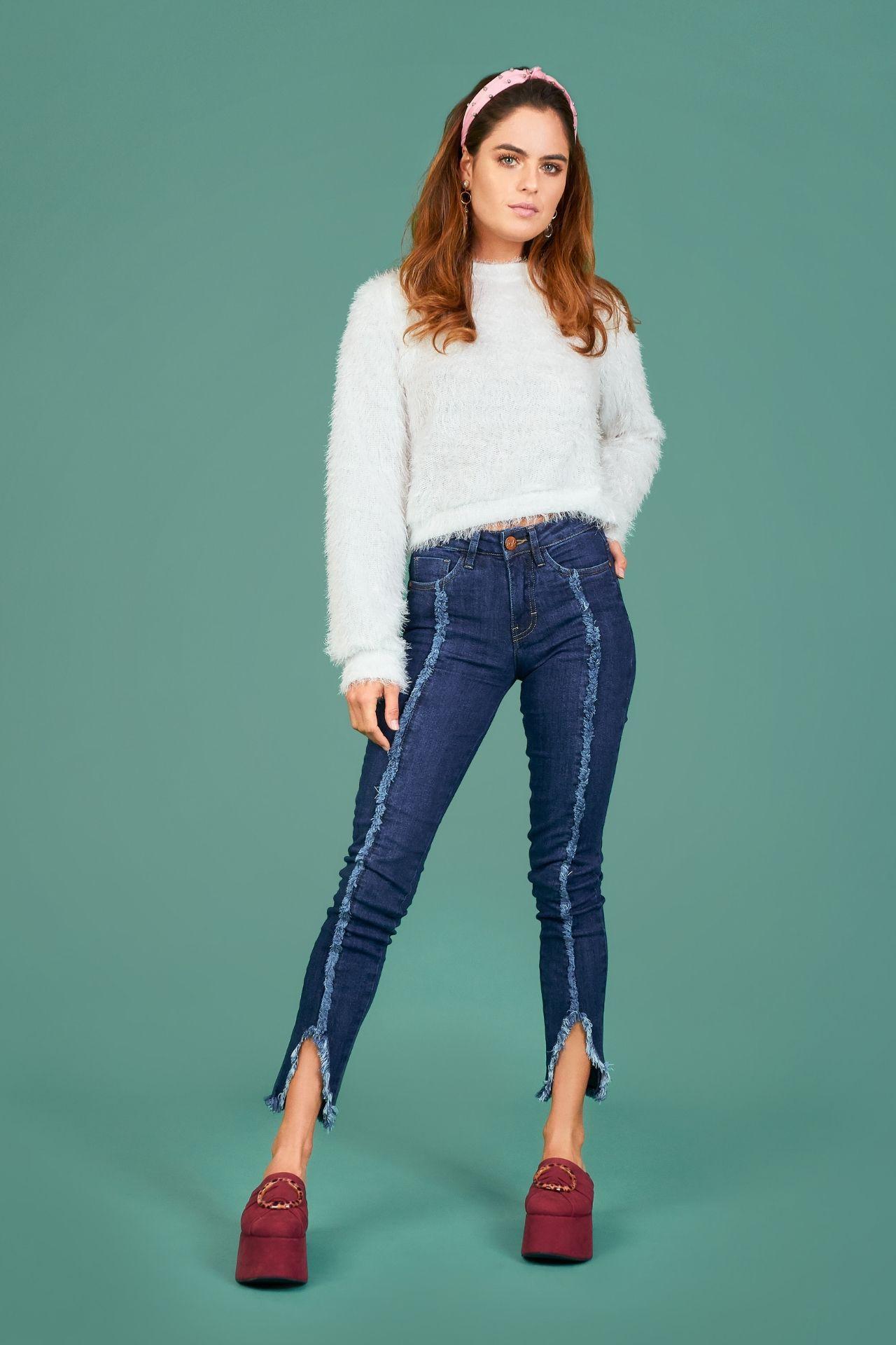 Pantalón de denim azul oscuro. Skinny-Confy Fit. High-Rise Pantalón de Jean con costuras desflecadas en el centro de la pierna. Abertura en la bota en forma de triangulo, tambien deflecada. 5 bolsillos utiles. Recomendamos pedir una talla mayor a la acostumbrada por ser un fit pequeño.