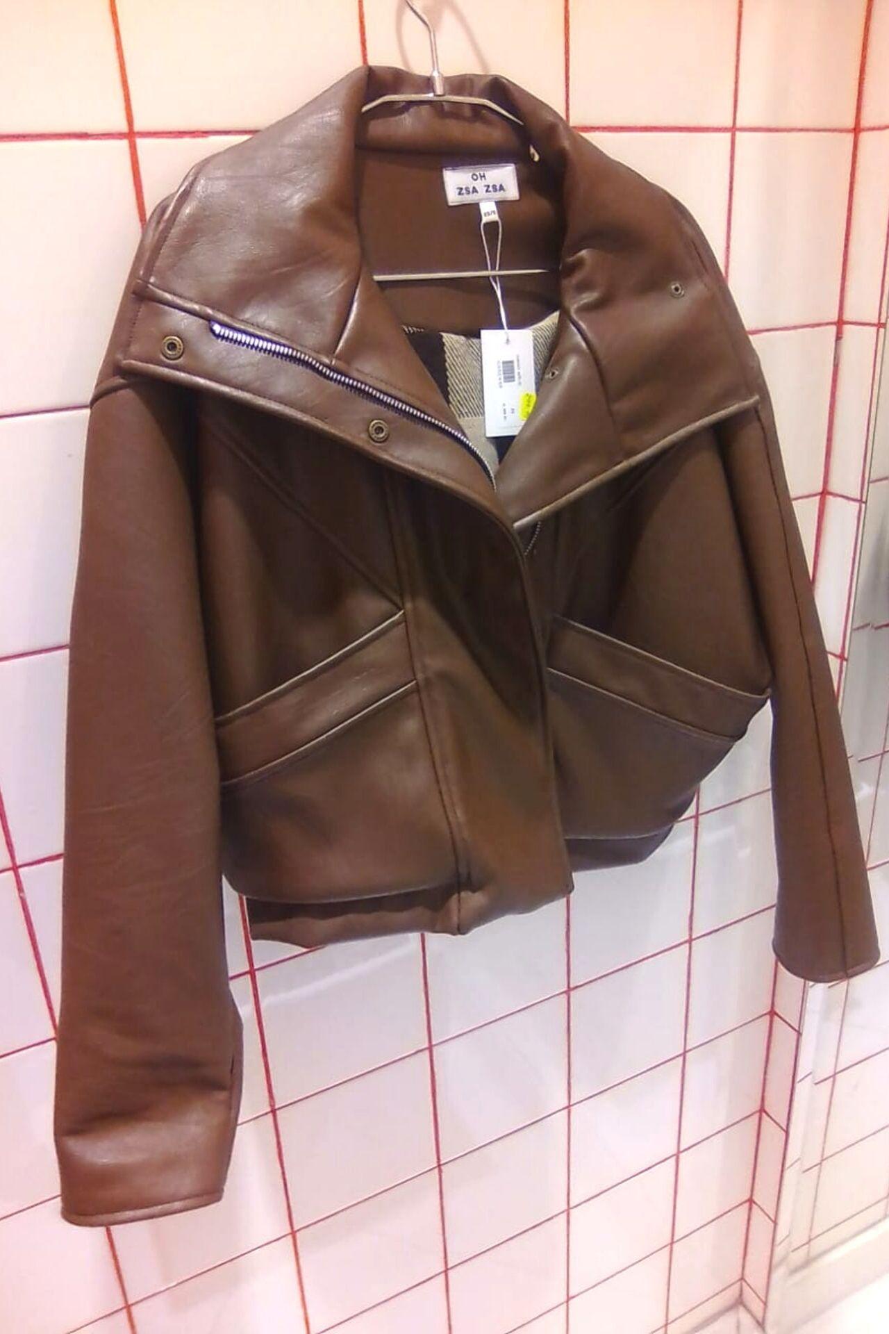 Casaca de cuero vegano color marrón.