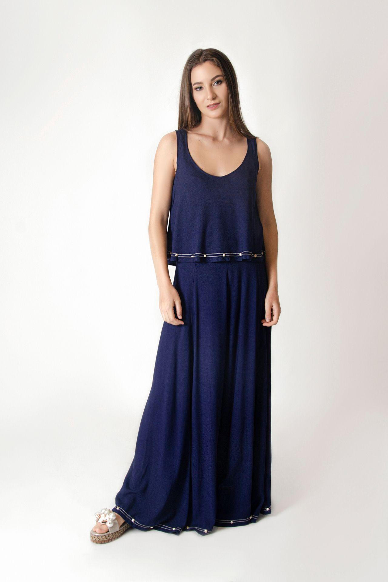Falda de lino, con líneas horizontales de hilo bordado contrastado en la parte inferior, con aplicaciones de elementos marinos.
