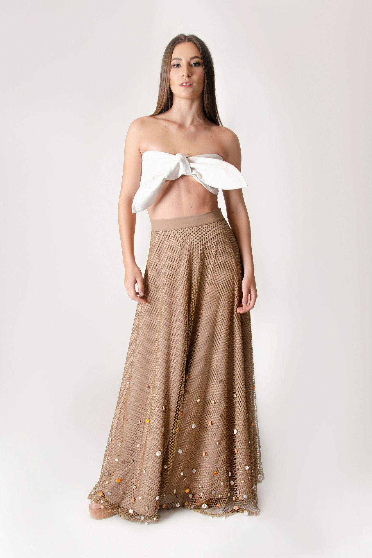 Falda en red con aplicaciones de elemntos marinos, con falda interna de forro y removible. Disponible de cierre lateral.