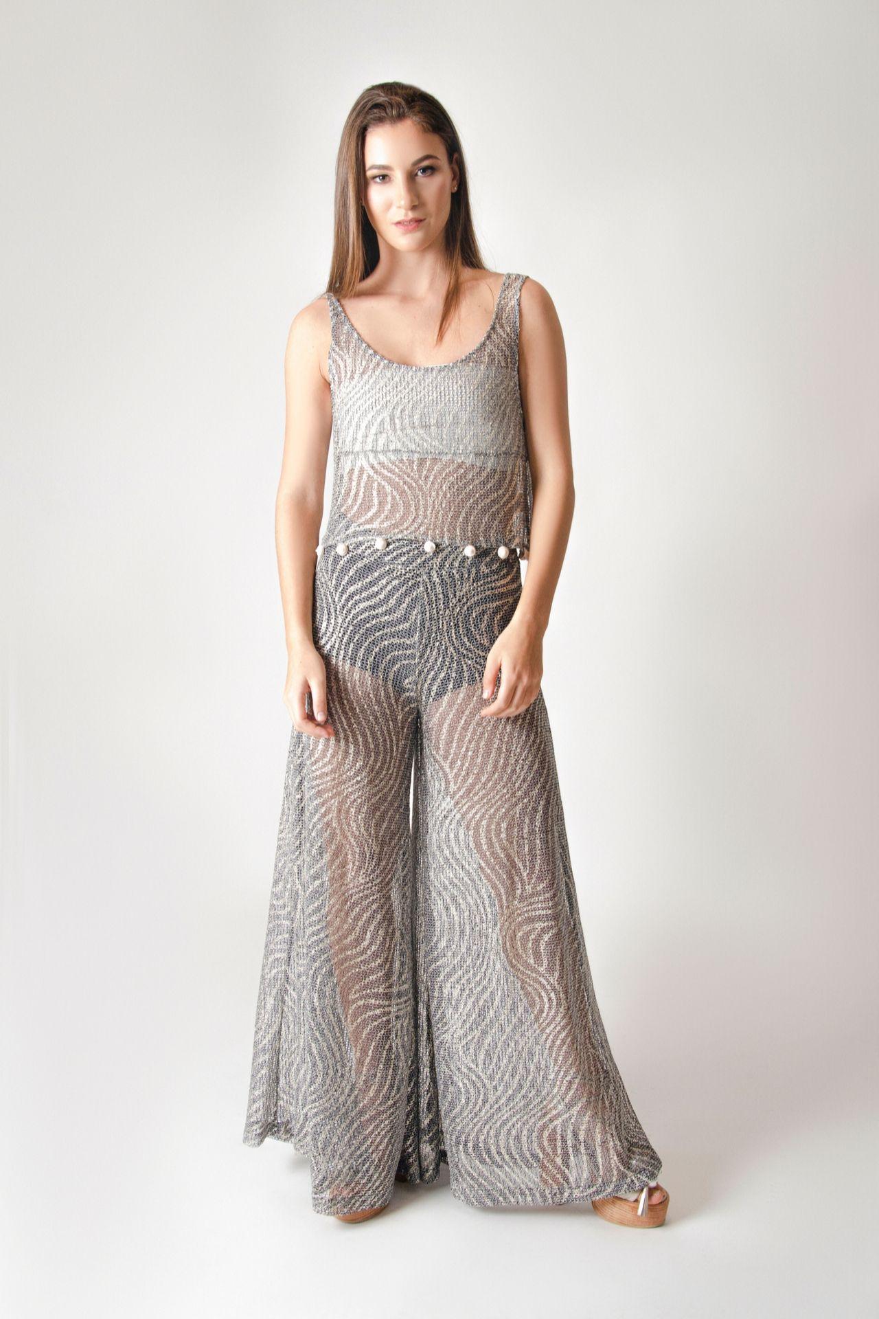 Pantalón en redes texturizadas con aplicaciones metalizadas con cierre en la parte posterior.