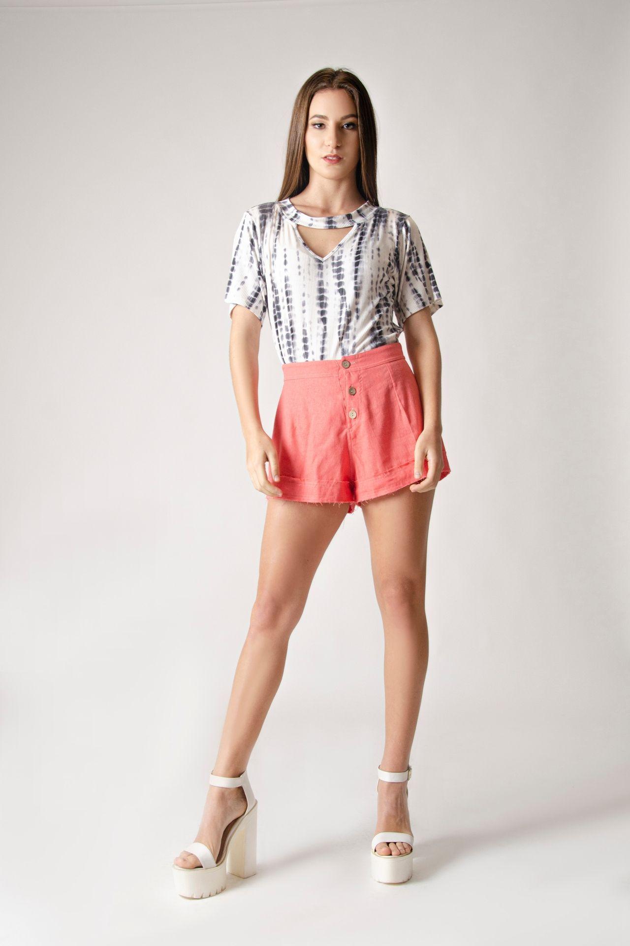Short de lino con bordes desgastados e hilo en color contrastado.