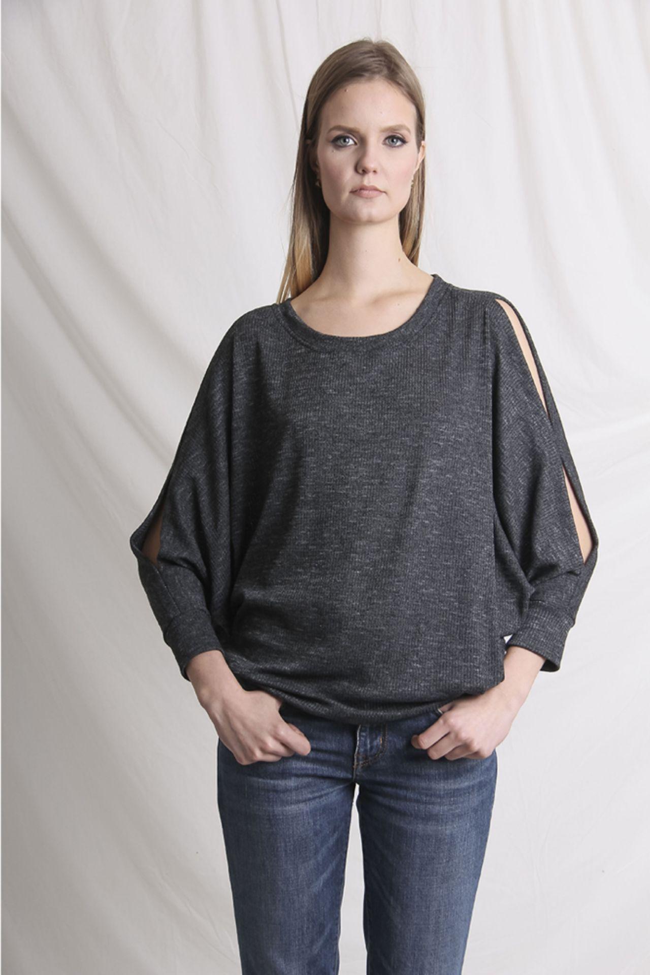 Chompa con aberturas en el hombro y brazos.  Material: algodón.  Talla Standard.  Es une estilo suelto, adaptable.  Busto Largo Mangas 176cm 63cm 58cm