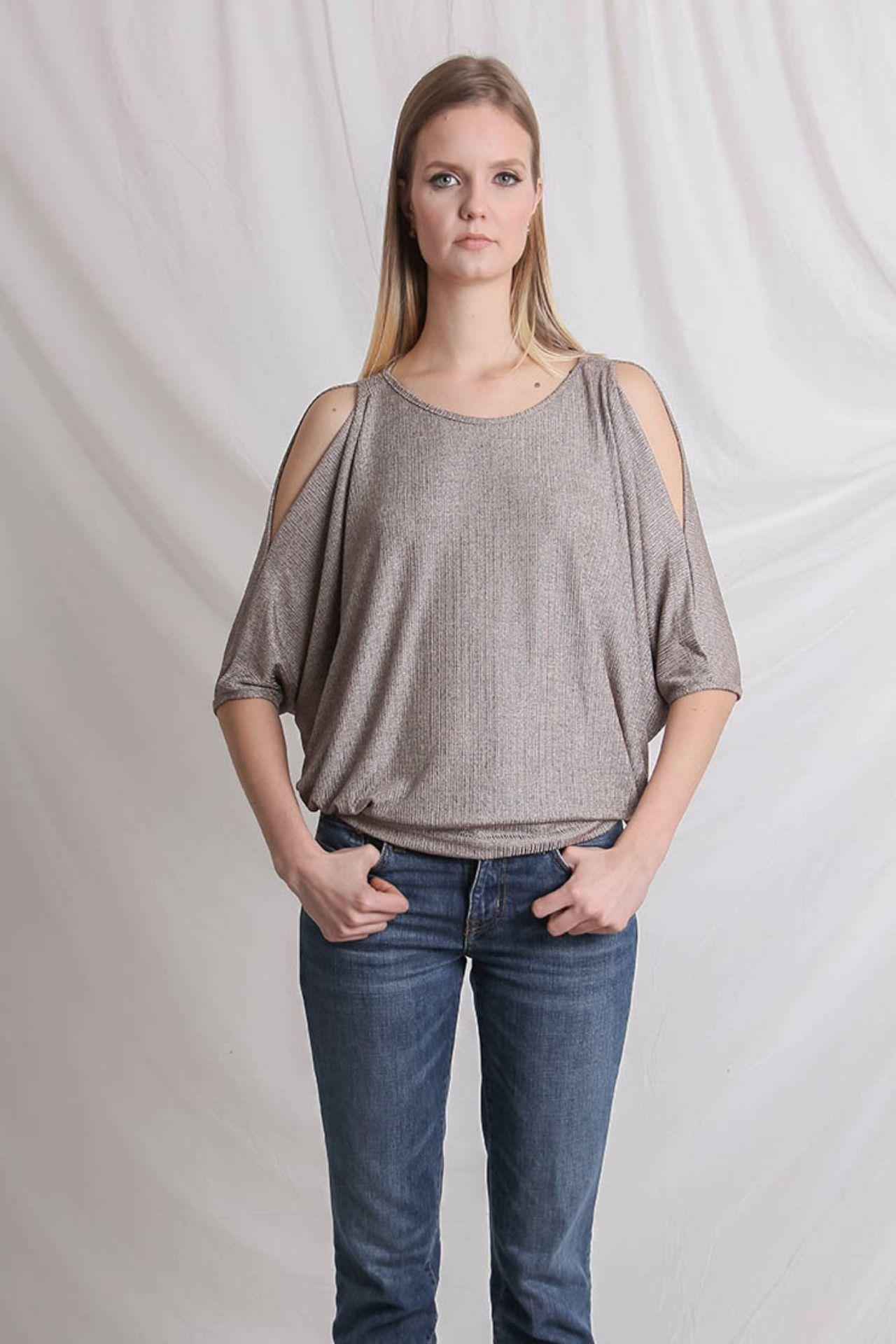 Polo con aberturas en el hombro y brazos.  Material: algodón.  Talla Standard.  Es un estilo suelto, adaptable.