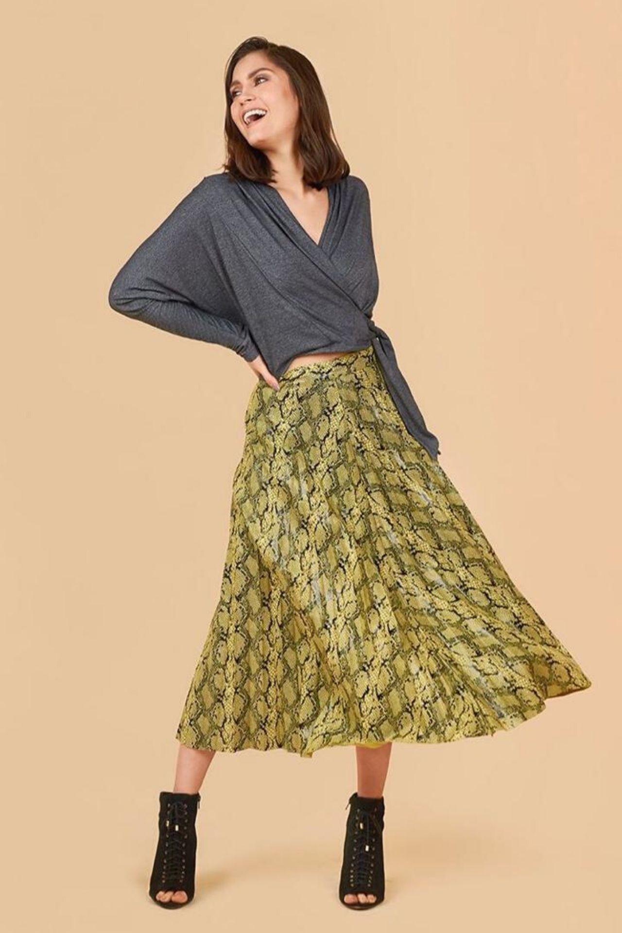 Falda de material Raso estampado plizado.  La plie pitón es un must que debe estar en tu closet, ya que puede ser usado para toda ocación, ya sea para el día a díao para un día especial.