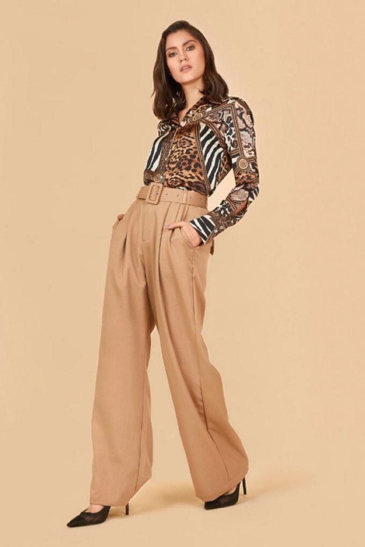 Camila es un must de temporada, hecho de lino italiano con la basta acampanada.  Tambien viene incluido una correa forrada con la misma tela, para ayudar a estilizar más la prenda.  Esta prenda hermosa y fresca puede ser usado para una ocasión formal o casual.