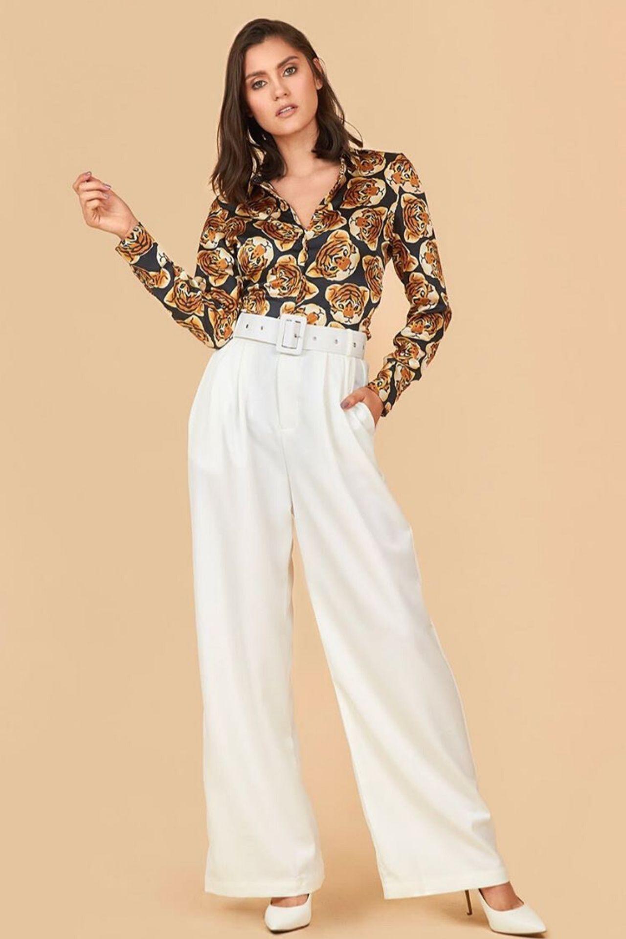 Camila es un must de temporada, hecho de lino italiano con la basta acampanada.  Tambien viene incluido una correa forrada con la misma tela, para ayudar a estilizar más la prenda.  Estaprenda hermosa y fresca puede ser usado para una ocasión formal o casual.