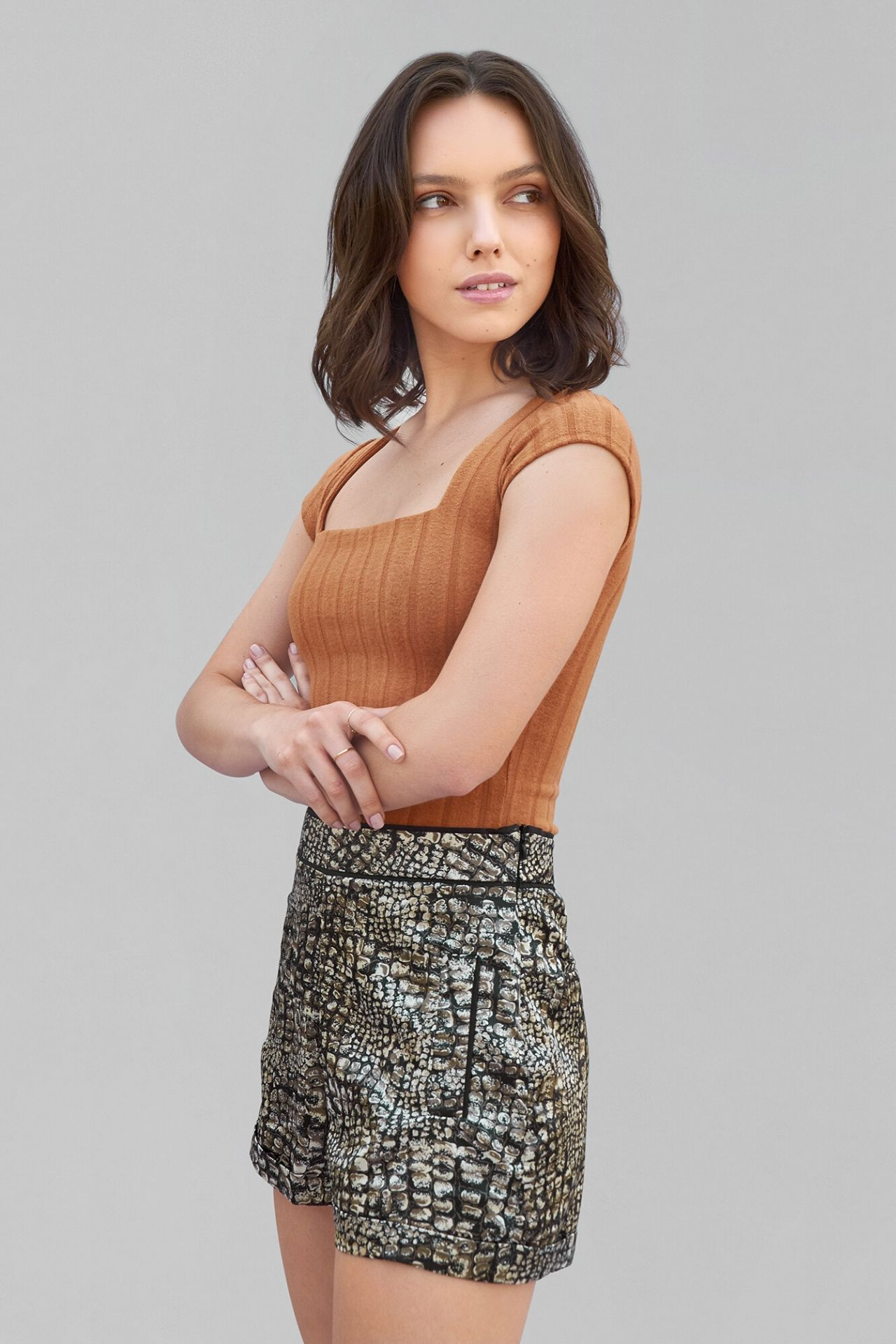 Short de seda francesa a la cintura, cuenta con un cierre invisible al costado.  Muy elegante y fresco como para la temporada de verano.  Un look elegante, sexy y combinable usado para cualquier ocasión.
