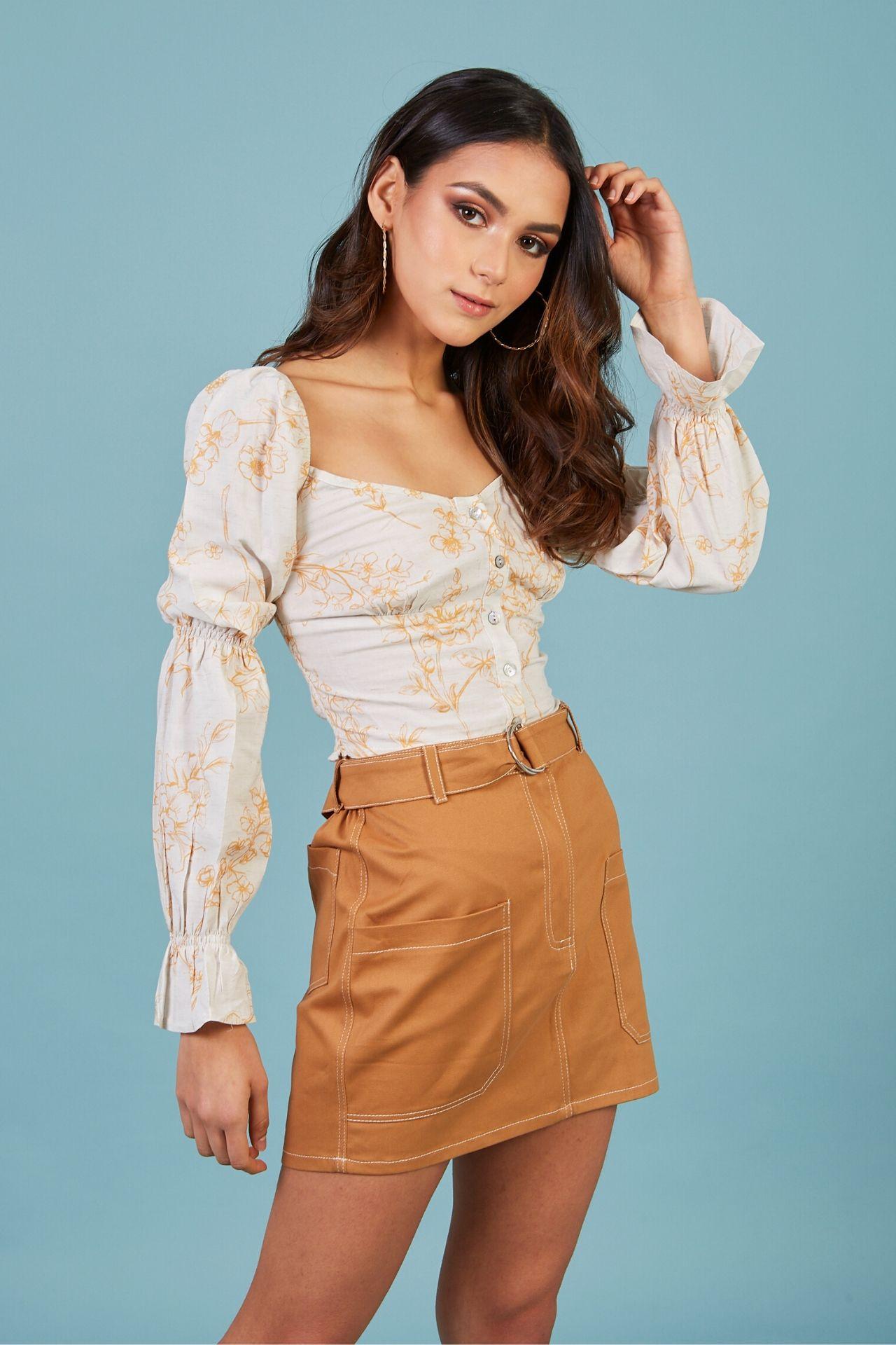 Mini falda en drill con pespunte en contraste, bolsillos tipo parche.  Material: 100% algodón