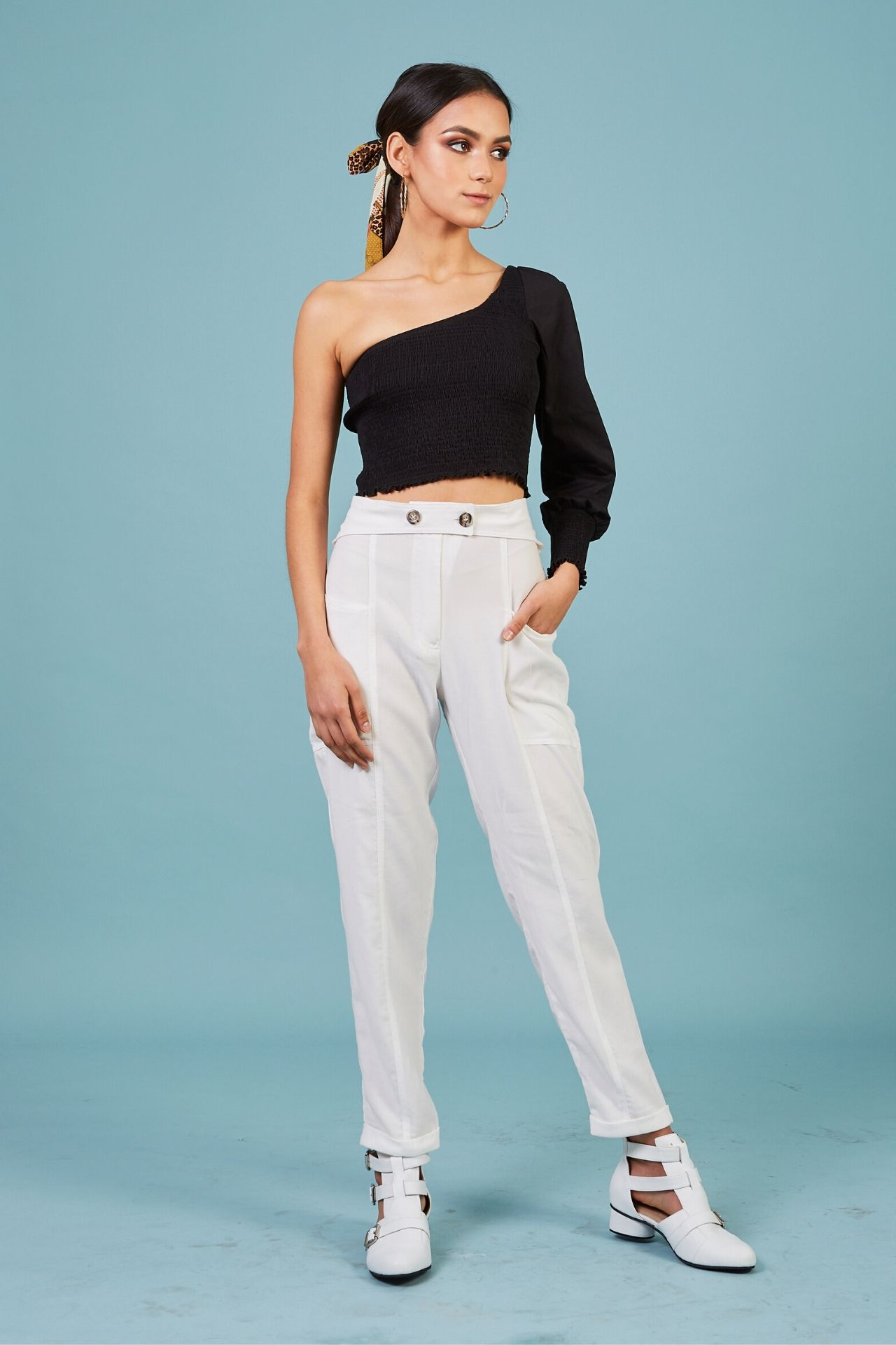Pantalón a la cintura, bolsillos cargo, largo recto, cinturon añadido.  Material, rayón.
