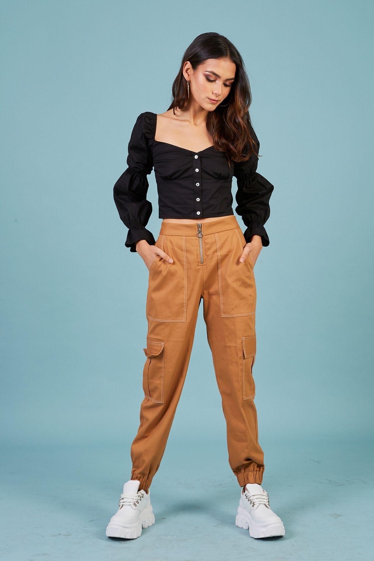 Pantalón cargo detalle pespunte contraste.  Material: drill 100% algodón