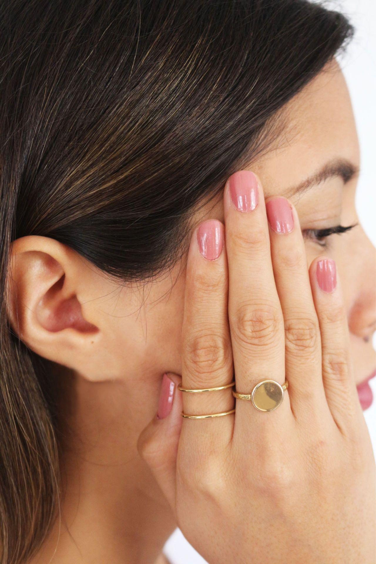 Anillo grueso con circulo plano en el frente, con detalles  alrededor del aro.  Hecho a mano con plata peruana de ley (925). Baño de minimicra hipoalrgénica de oro italiano de 18K.