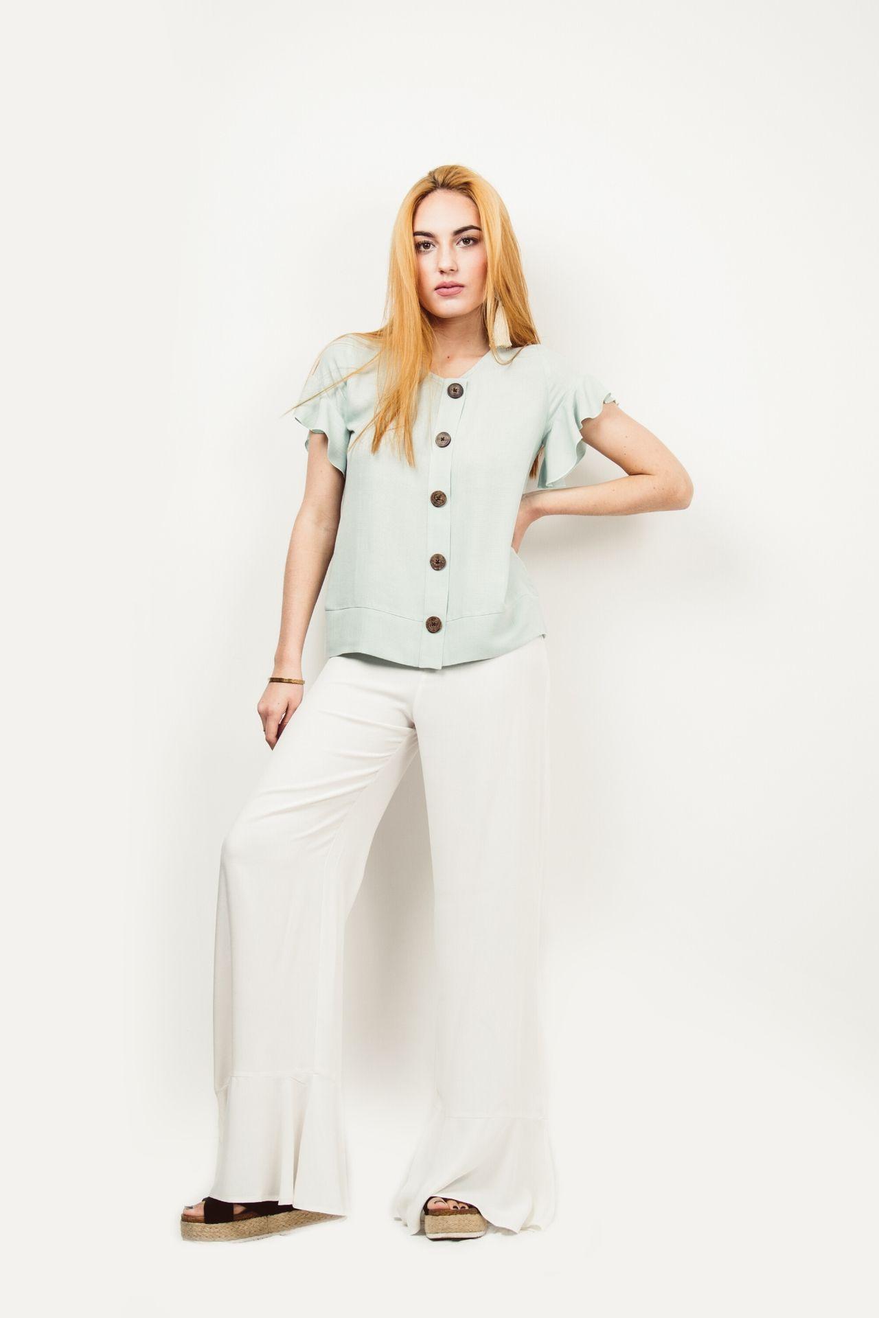 Blusa de algodón con detalle en los hombros.  Material: 100% Rayón.