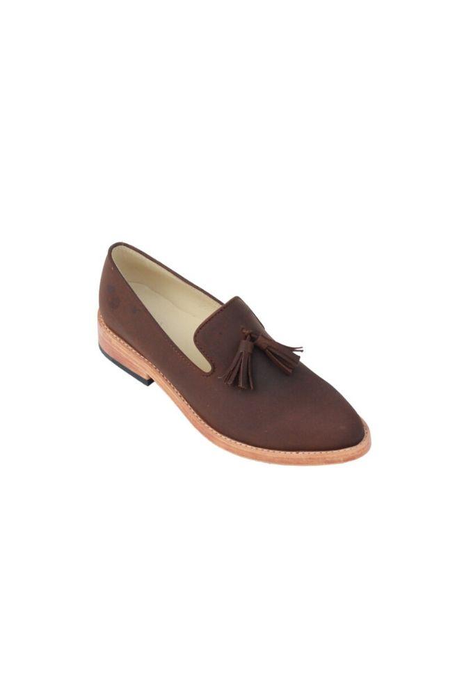 Elaborado en cuero crazy castaño. Plantilla de cuero en color natural. Suela de cuero. Taco 2.5 cm con tapilla de chaucho en color negro. Interior y exterior del zapato esta fabricado en cuero genuino.