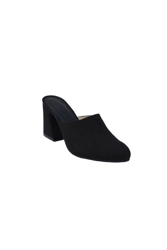 Elaborado en cuero Nobuck negro Plantilla de cuero en color negro Planta de caucho Taco 7 cm Interior y exterior del zapato esta fabricado en cuero genuino
